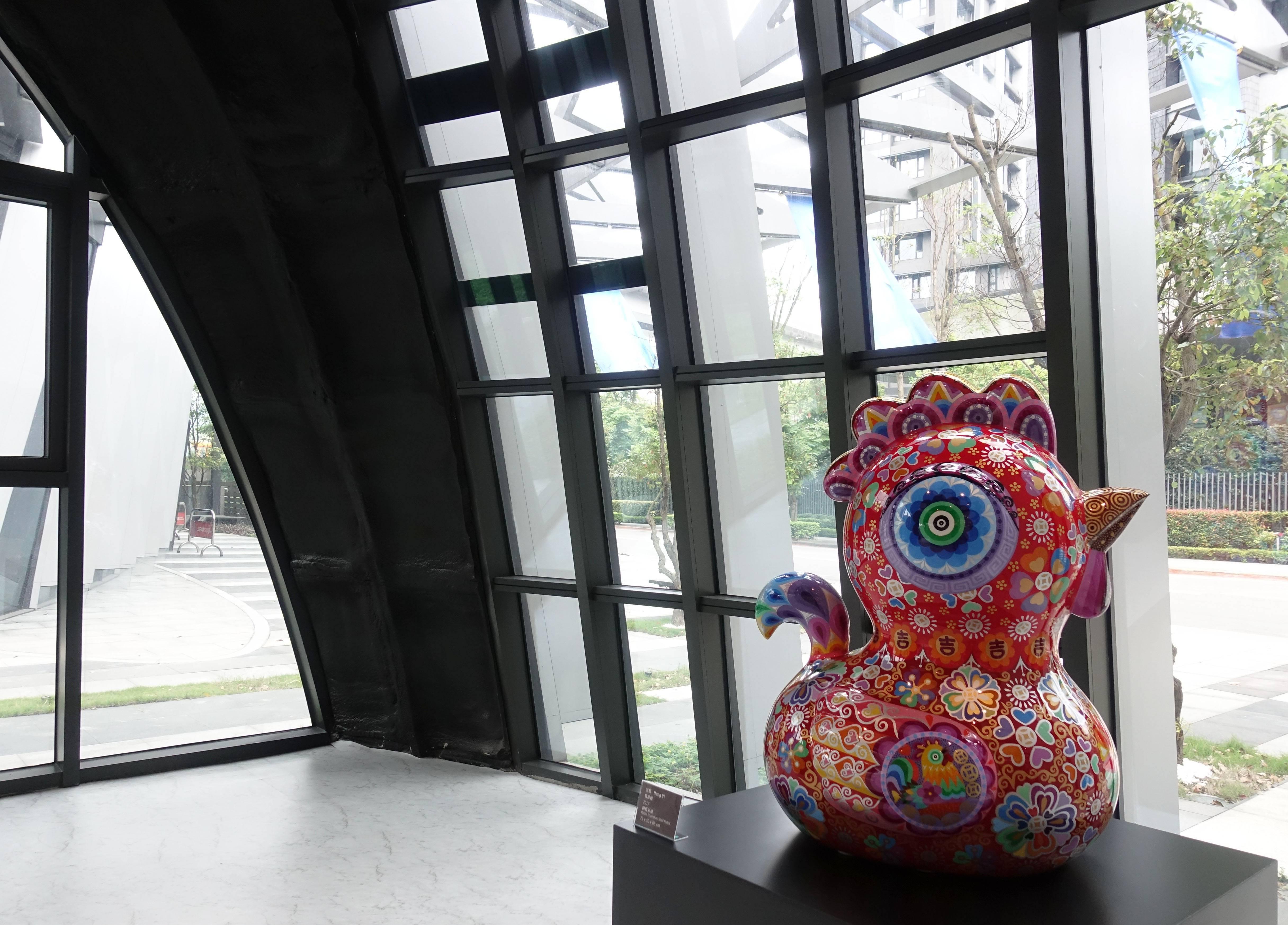 洪易,《報喜雞》,73x50x88cm,鋼板彩繪,2017。