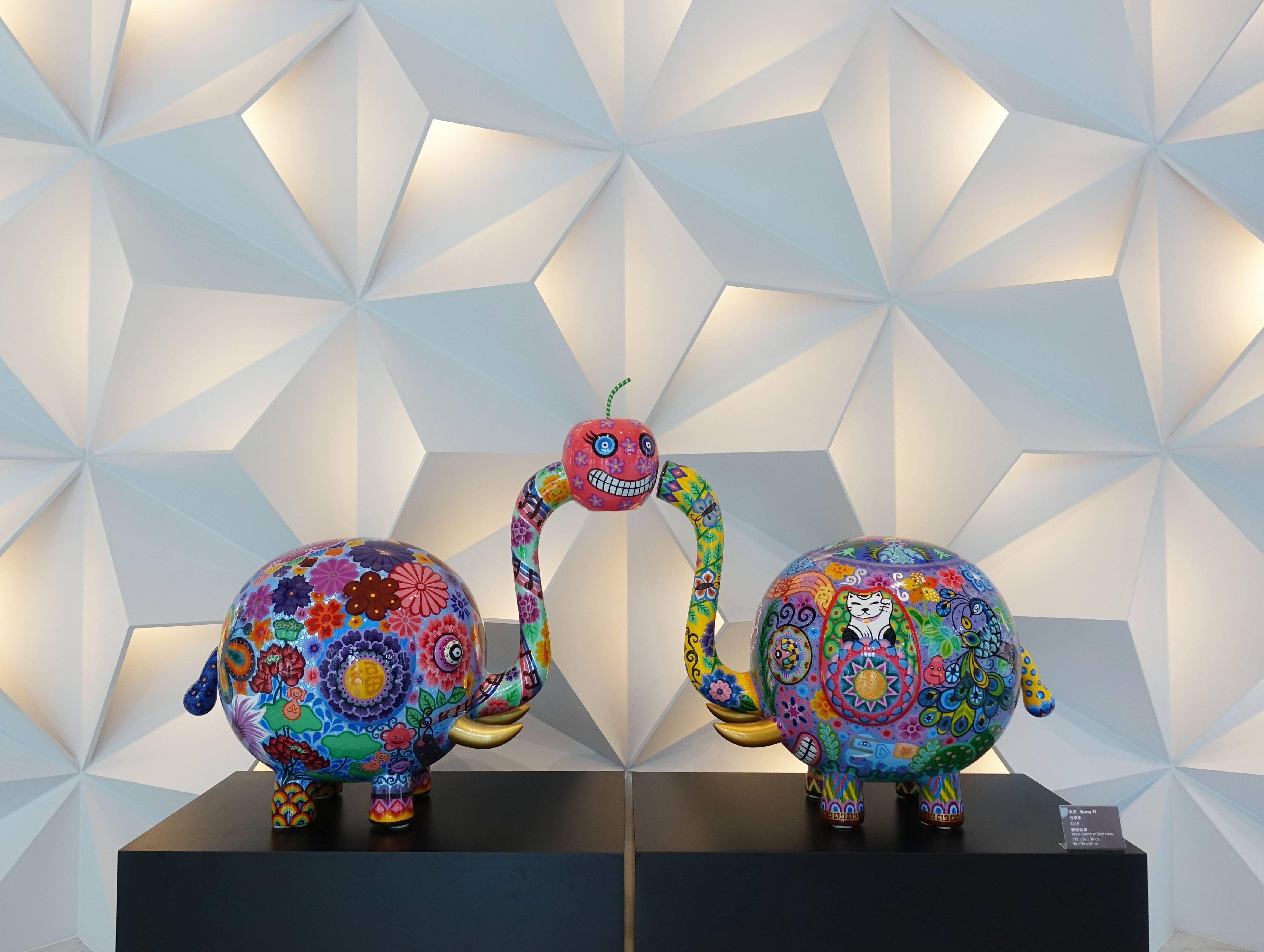 洪易,《分享象》,110x56x98cm、90x56x82cm,鋼板彩繪,2016。