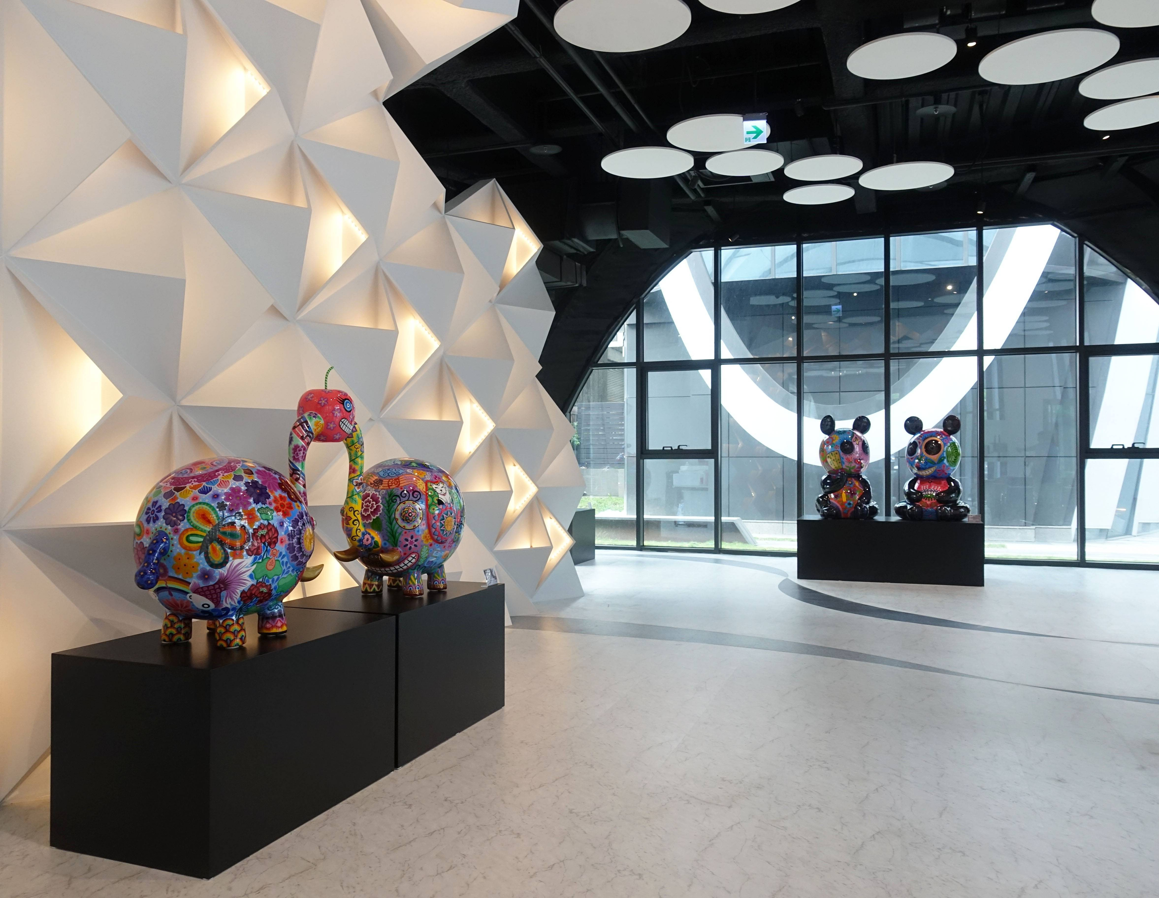 藝術家洪易作品《分享象(左)》與《團團圓圓(右)》於南港砳建築。