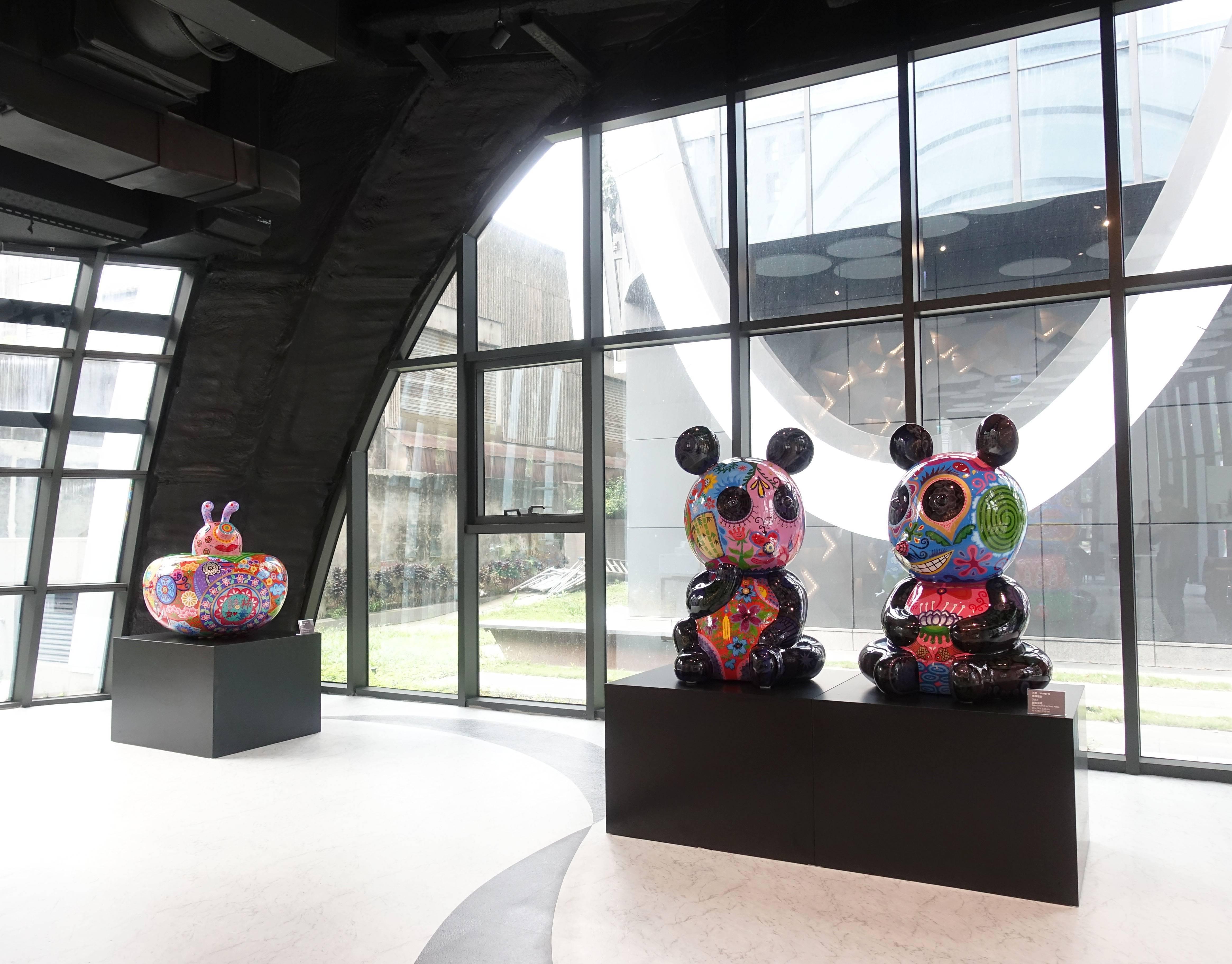 藝術家洪易作品《豬柿如意(左)》與《團團圓圓(右)》於南港砳建築。