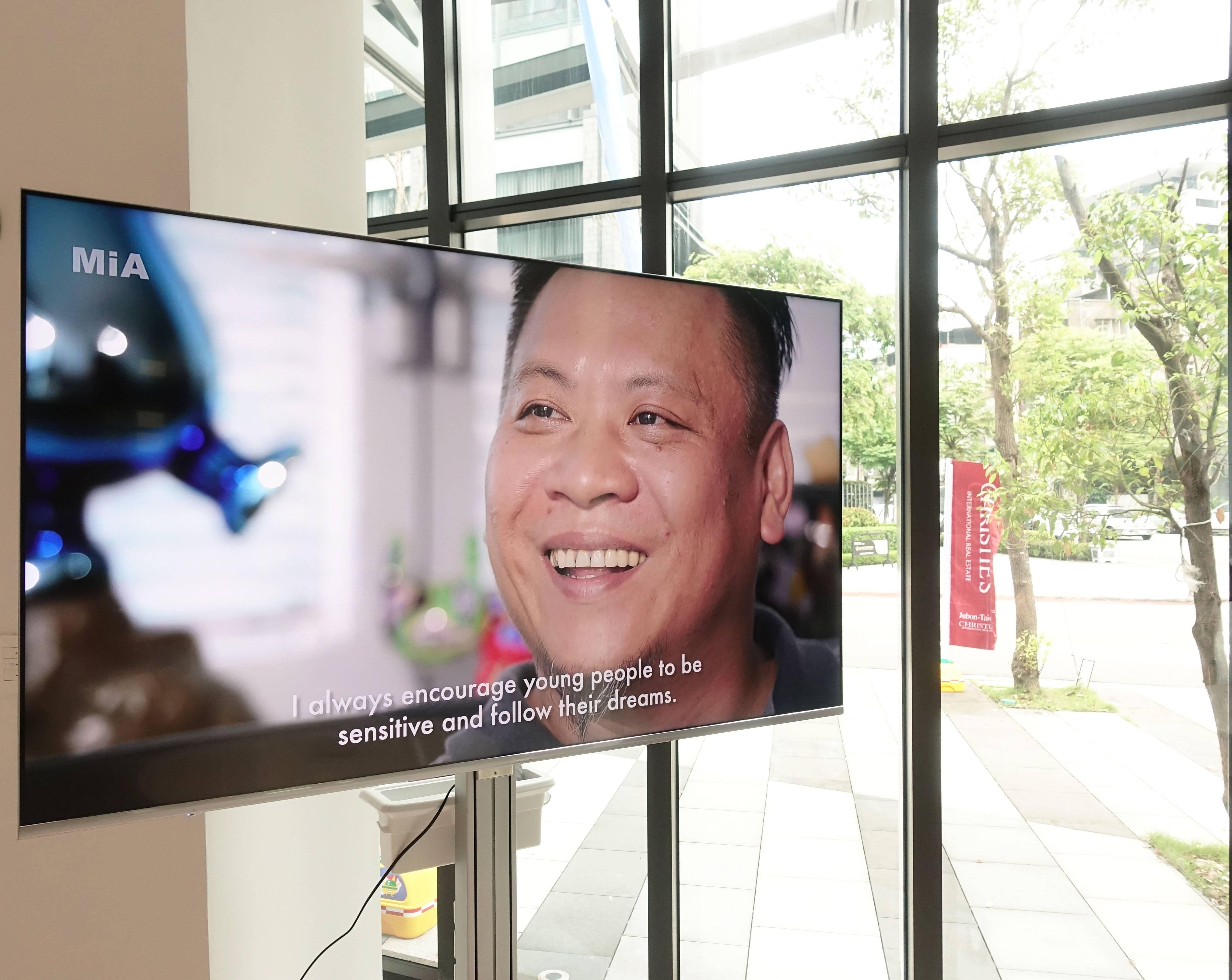 藝術家洪易專訪影音播放於南港砳建築。