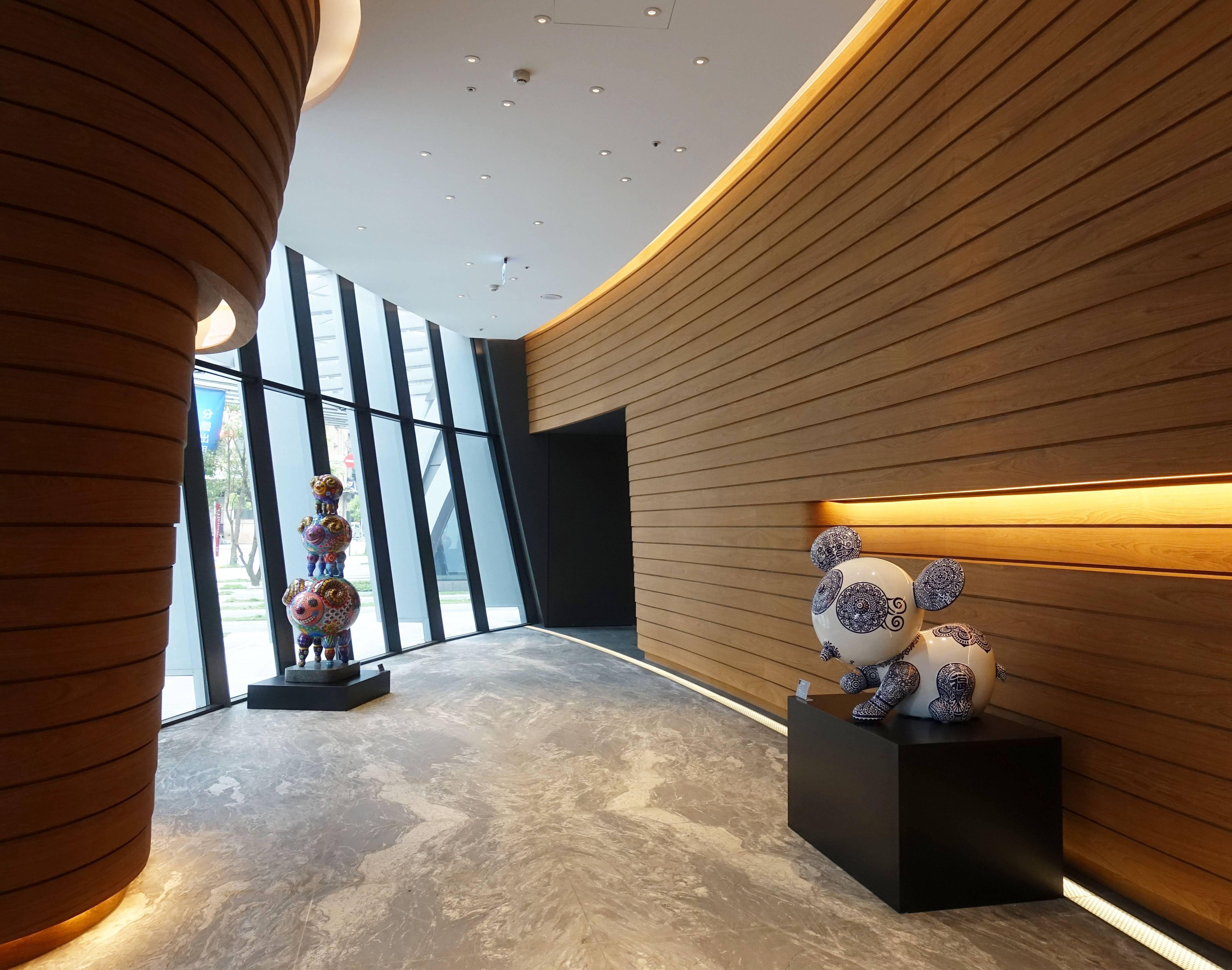 藝術家洪易作品《三羊開泰(左)》與《圓仔(右)》於南港砳建築。