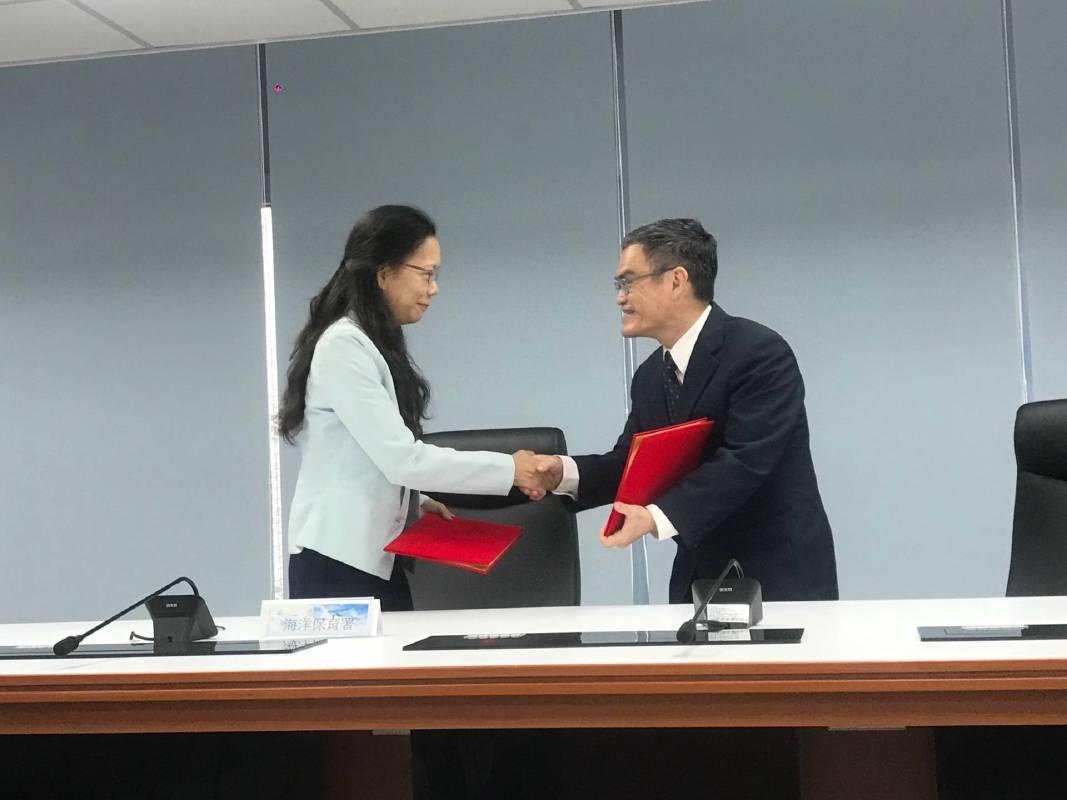 科博館羅偉哲副館長(右)代表科博館與海保署簽署MOU