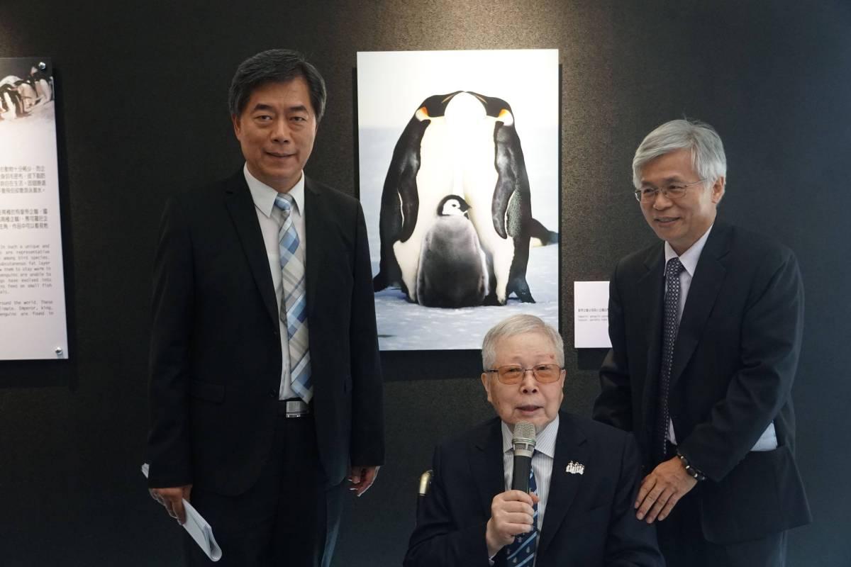 國立自然科學博物館孫維新館長(左)、展示組何恭算主任(右)與池田宏先生(中)合影