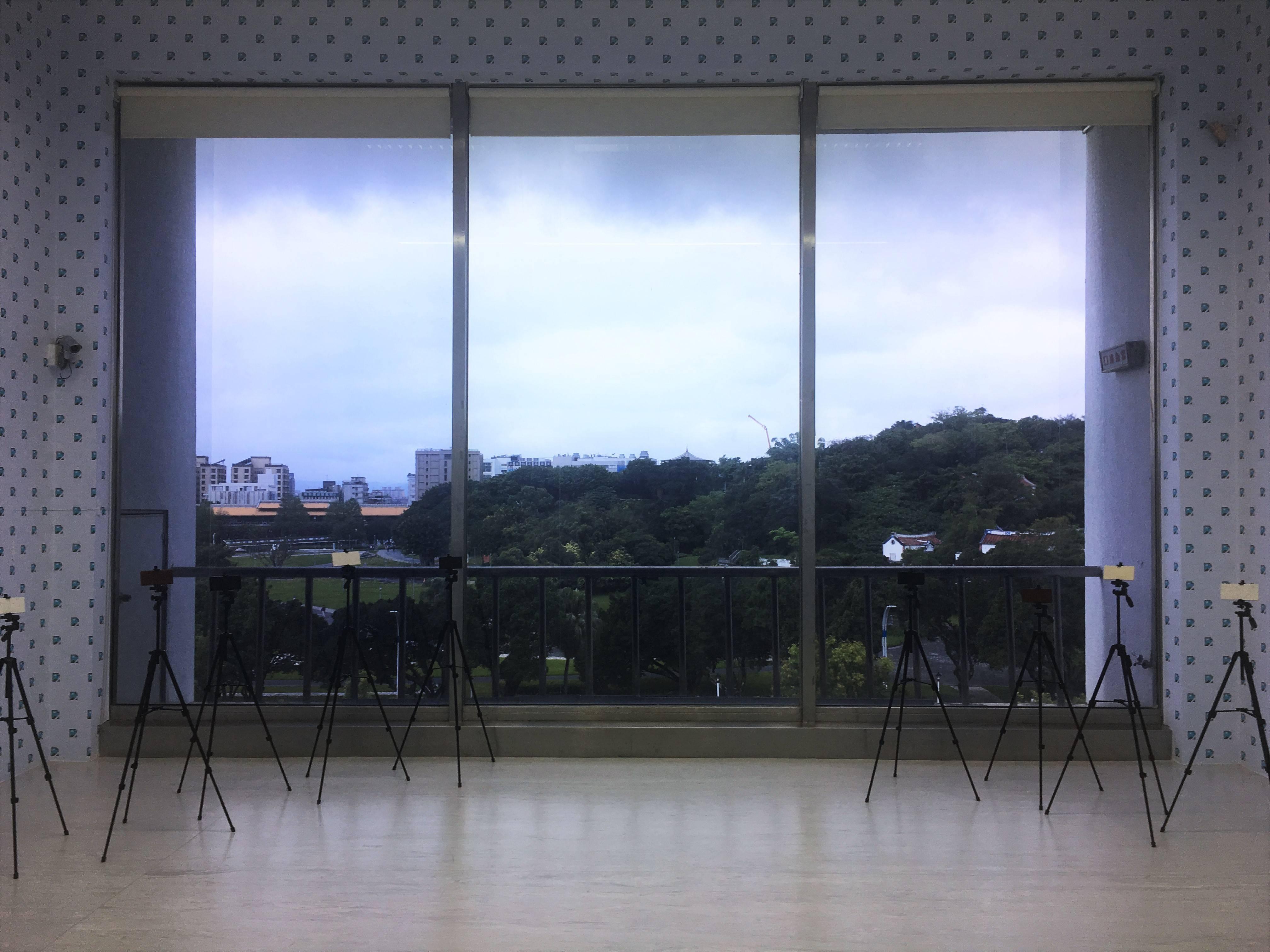 【在放鬆的多數的陽光下】李明學個展 李明學,《放鬆風景》,壁紙、拋光石材、自拍架、傳單架、壓克力畫,2019。