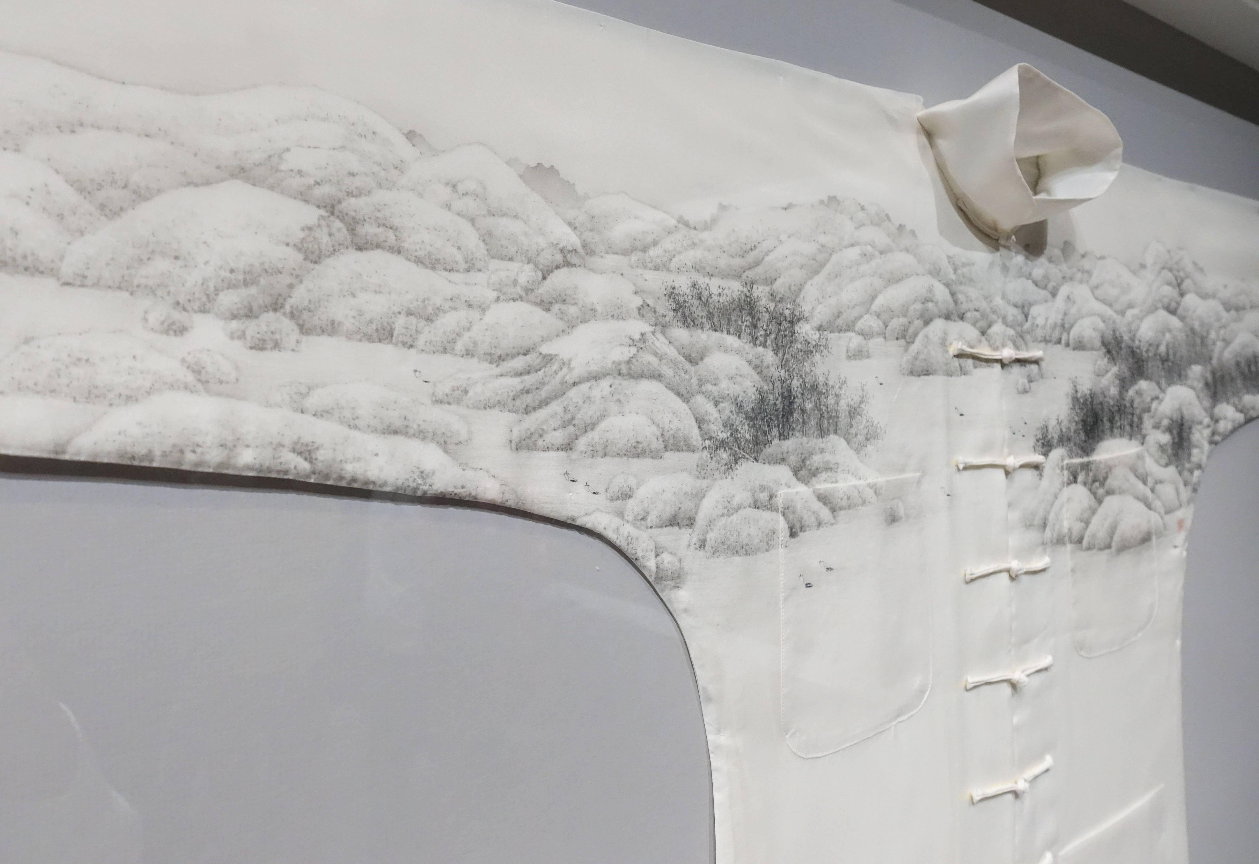 管偉邦,《遊》細節,水墨絹本長衫,2013。
