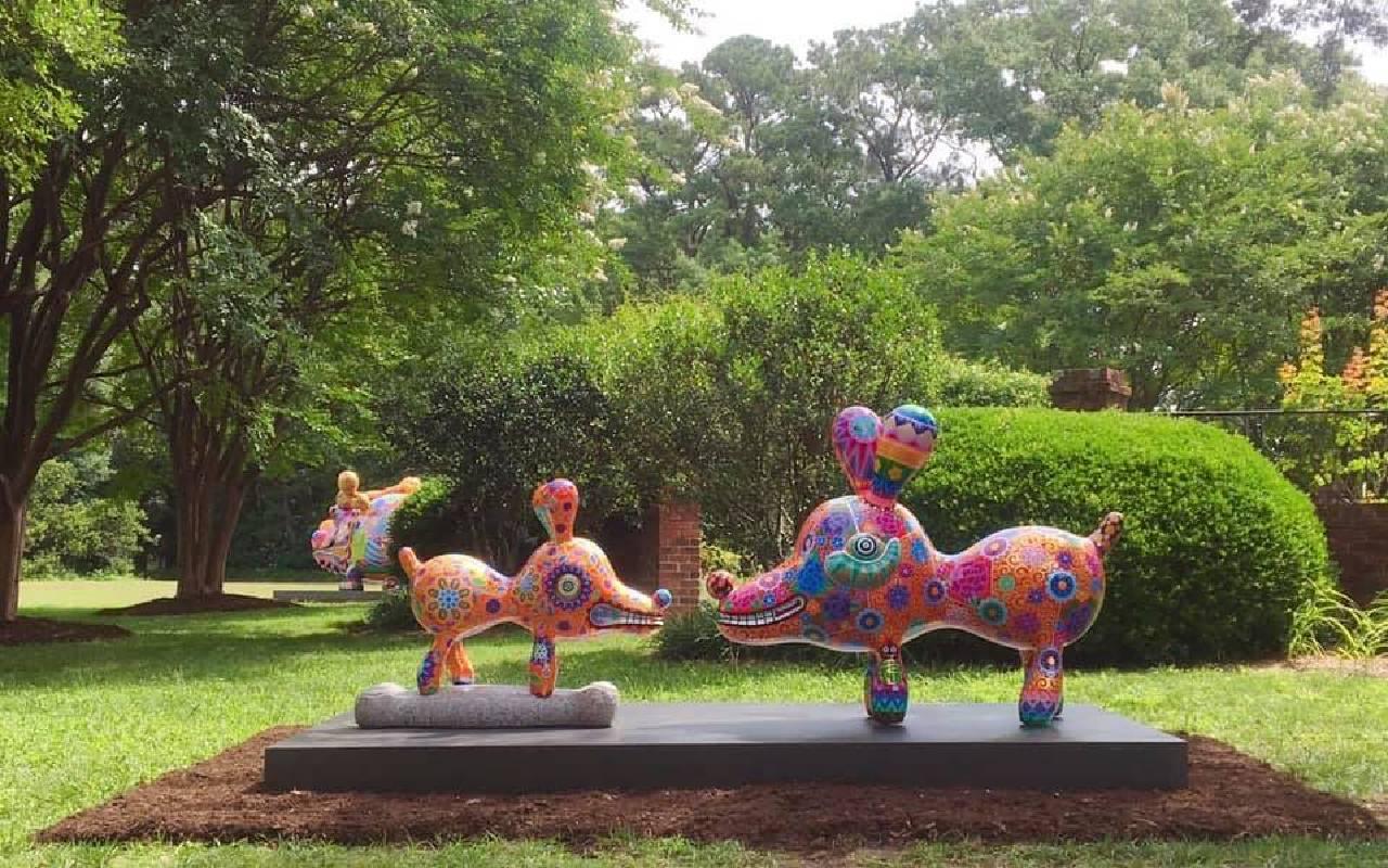 「旺狗」與「骨頭狗」在維吉尼亞州的Hermitage美術館,和大福龍相映成趣