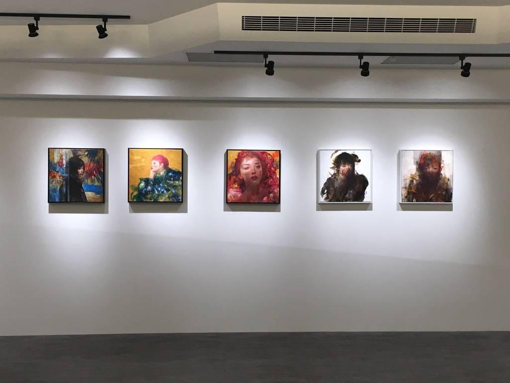 梁月個展《微光非我》以及《文化.創新.平衡1》系列作(由右至左)。