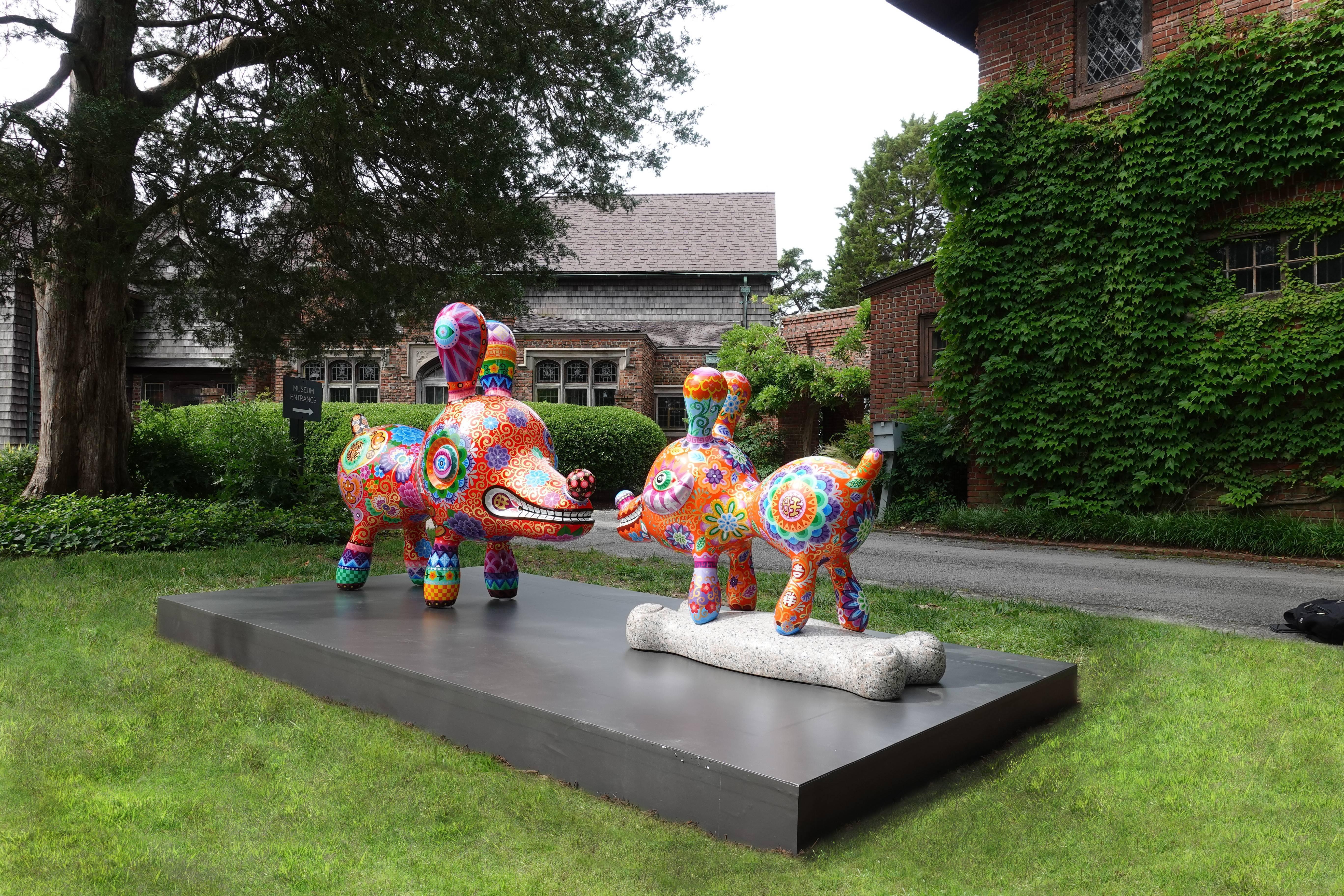「旺狗」與「骨頭狗」在茵茵綠草上呈現活潑的對話。圖/印象畫廊提供