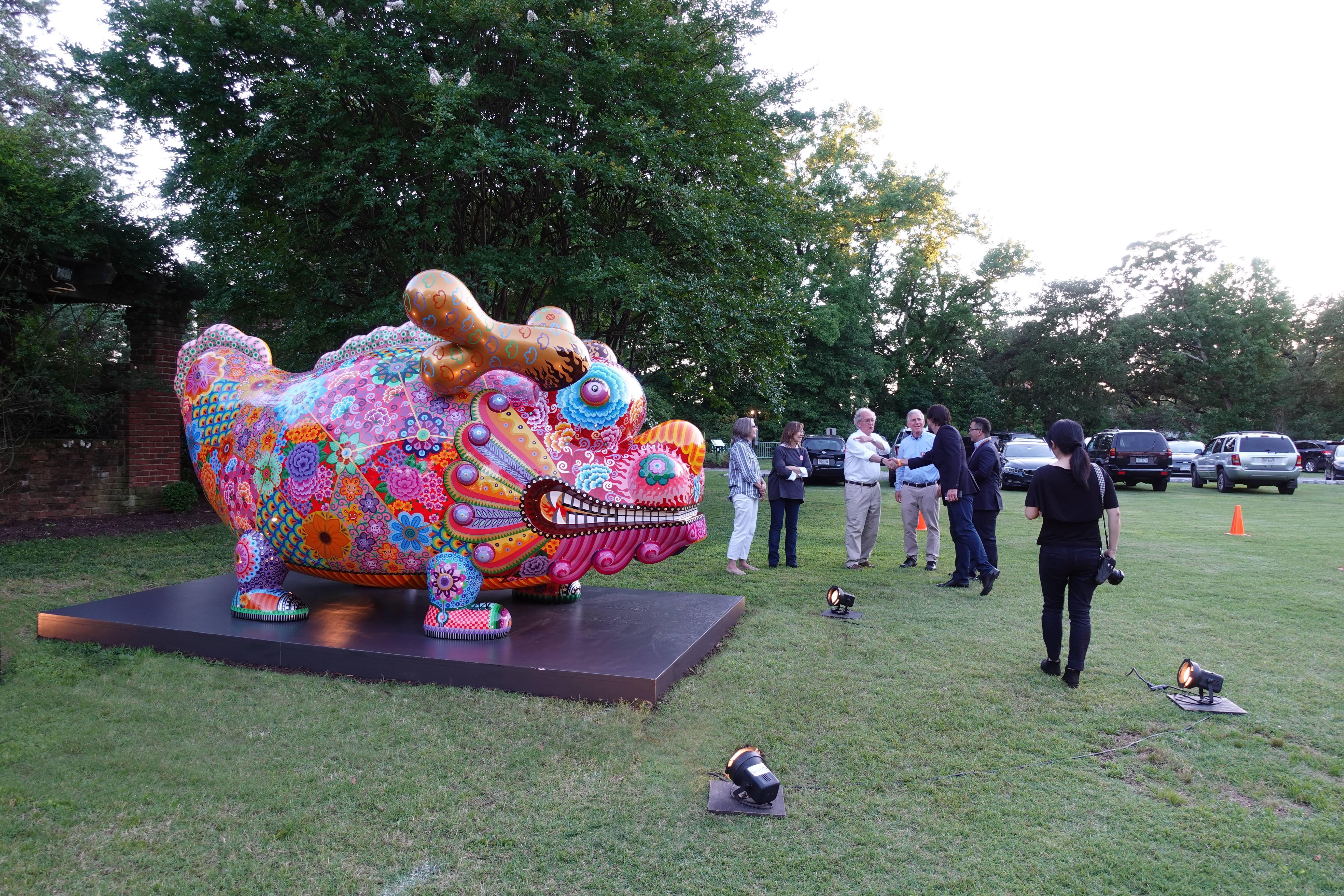多彩繽紛的「福龍」吸引人們駐足欣賞。圖/印象畫廊提供
