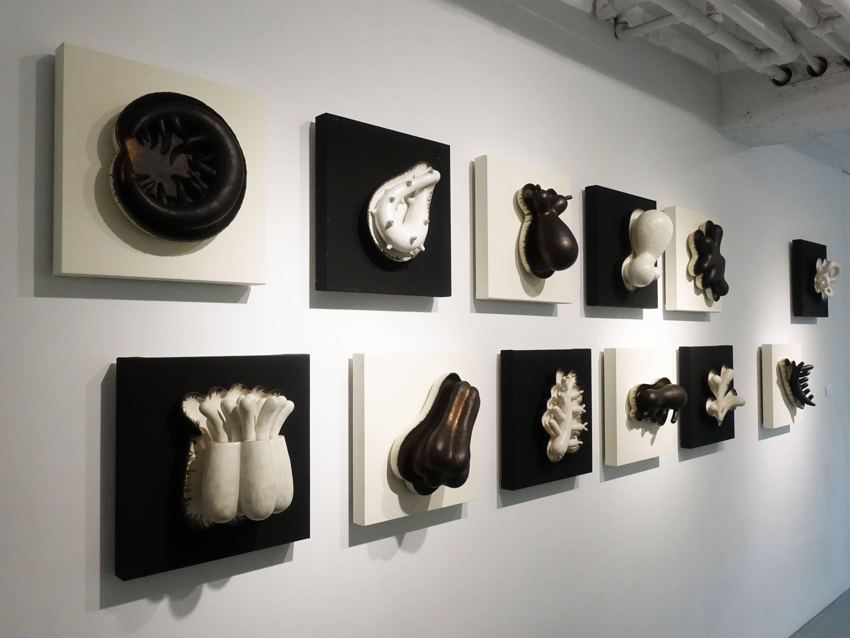 朱芳毅,《偽變》,40 x 20 x 40 cm x 7,土、泥漿釉、漆、畫布板,2012。