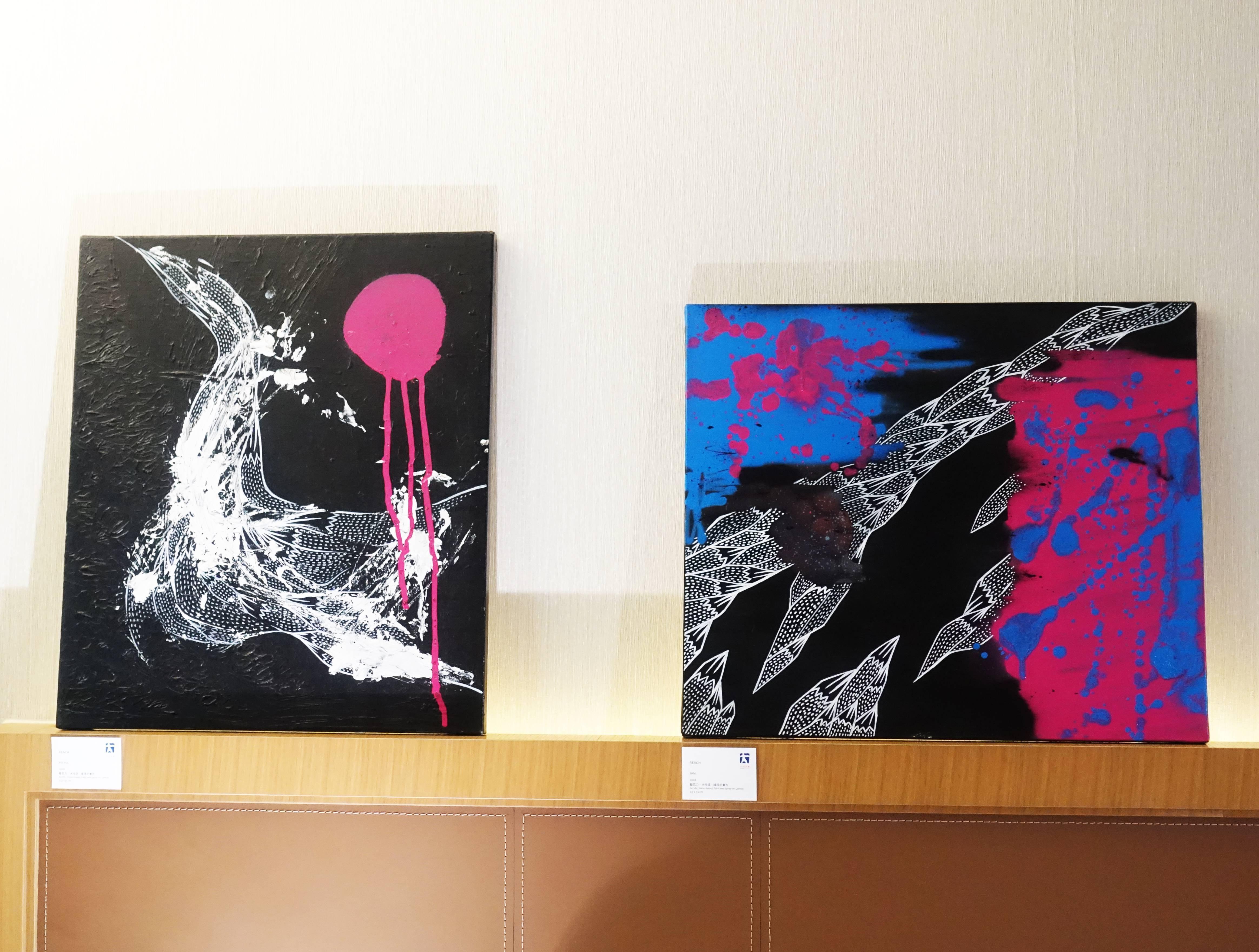 大河美術藝術家-REACH,《RECALL》,53 x 45 cm,壓克力、水性漆、噴漆於畫布,2008(左);REACH,《JAM》,45 x 53 cm,壓克力、水性漆、噴漆於畫布,2008(右)。