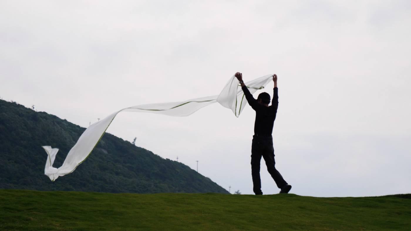 瓦旦·塢瑪 開幕演出。行為藝術作品〈風動草〉。李齊 攝影