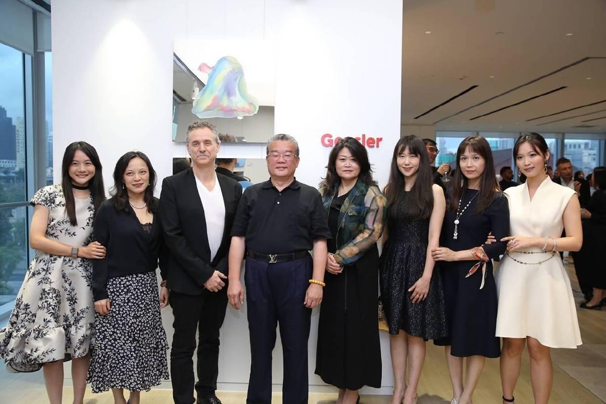 Gensler大中華區執行總裁李曉梅(右4)、執行總監Jennifer Liu(左2)、Todd Pilgreen (左3)與藝術家李善單+瑪馨玲月合影。