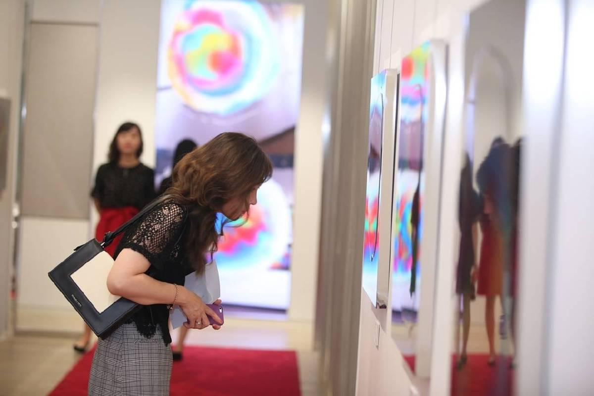 《明鏡‧印象》系列具有畫作與雕塑兩種不同的特色,隨著環境條件的變化,而有不同的解讀風光。