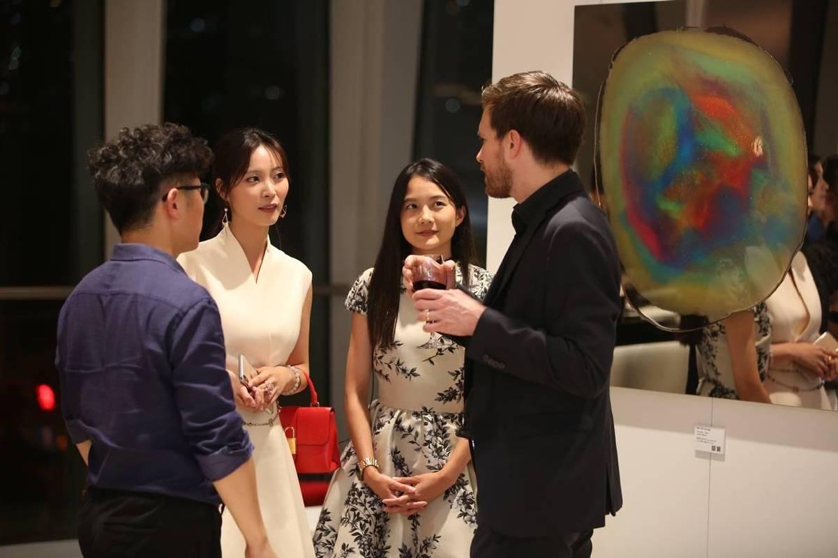 藝術家瑪馨玲月親自與國際建築界菁英解說畫作創作理念。