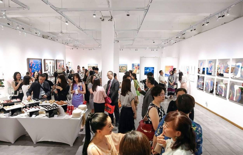 《明鏡‧印象》系列在上海舉行雙展,在Gensler上海總部外,也同步在上海M50藝術區「香華天新藝境‧寶勝畫廊」展覽。