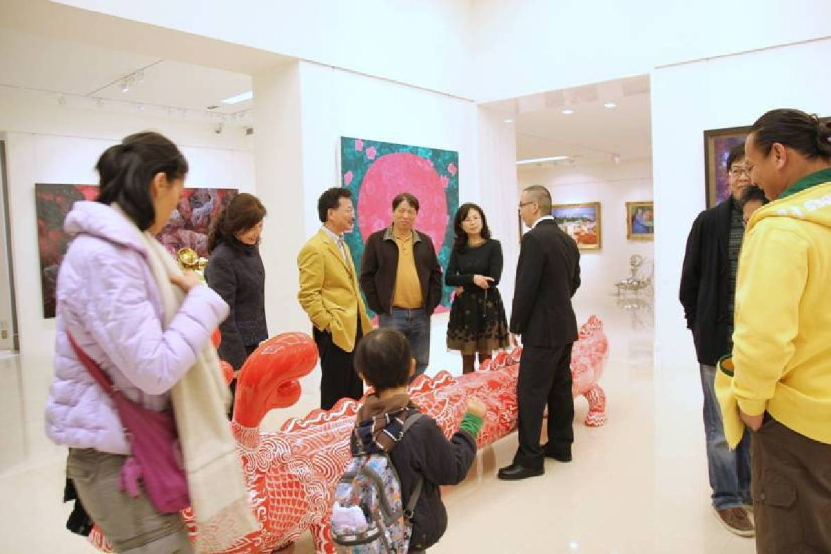 印象畫廊歐展榮為參觀貴賓介紹。