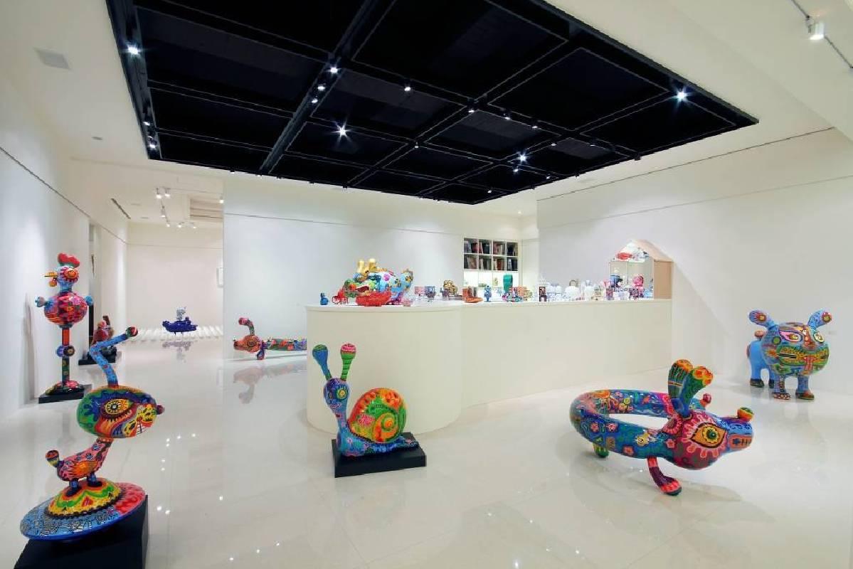 以鋼板打造的彩繪動物使得展覽現場活潑有趣。