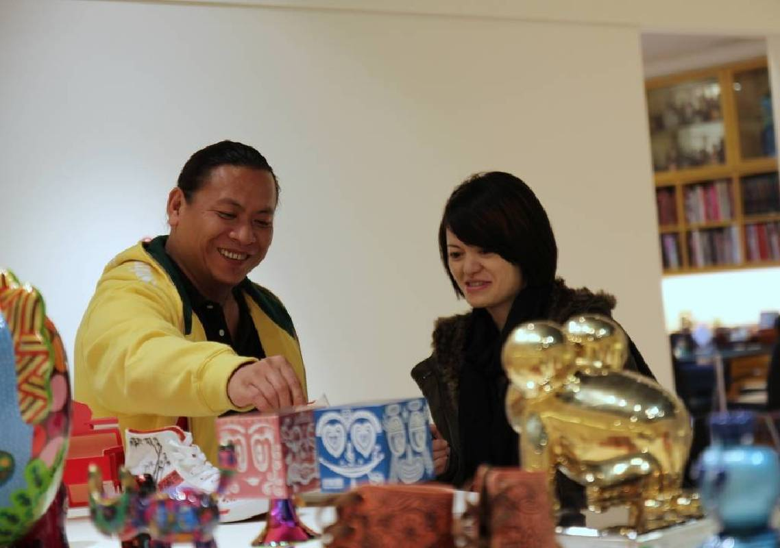 洪易老師於展覽現場親自介紹文創作品。
