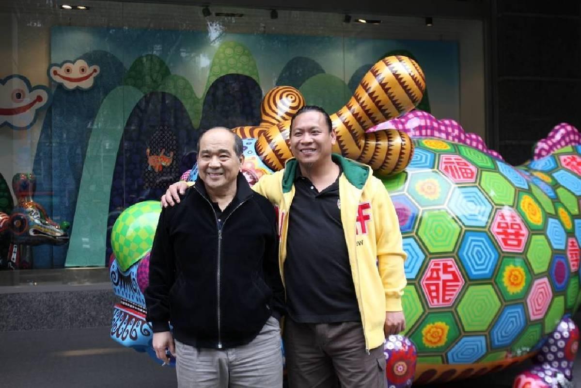 印象畫廊負責人歐賢政與洪易合影。