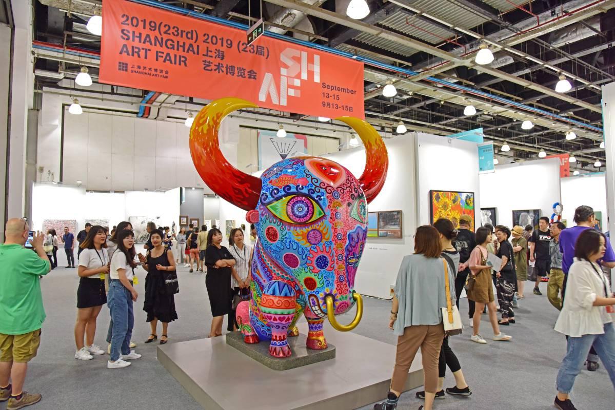 洪易公共藝術「牛氣沖天」展於上海藝術博覽會正門入口