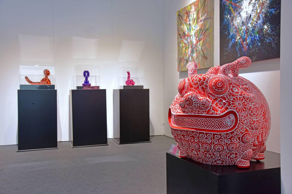 洪易以經典華人剪紙藝術為圖騰發想的「圓龍」與傑夫昆斯氣球動物相映成趣