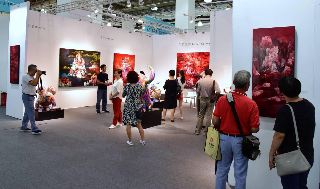 展覽現場洪易及常陵的作品吸引民眾駐足觀賞