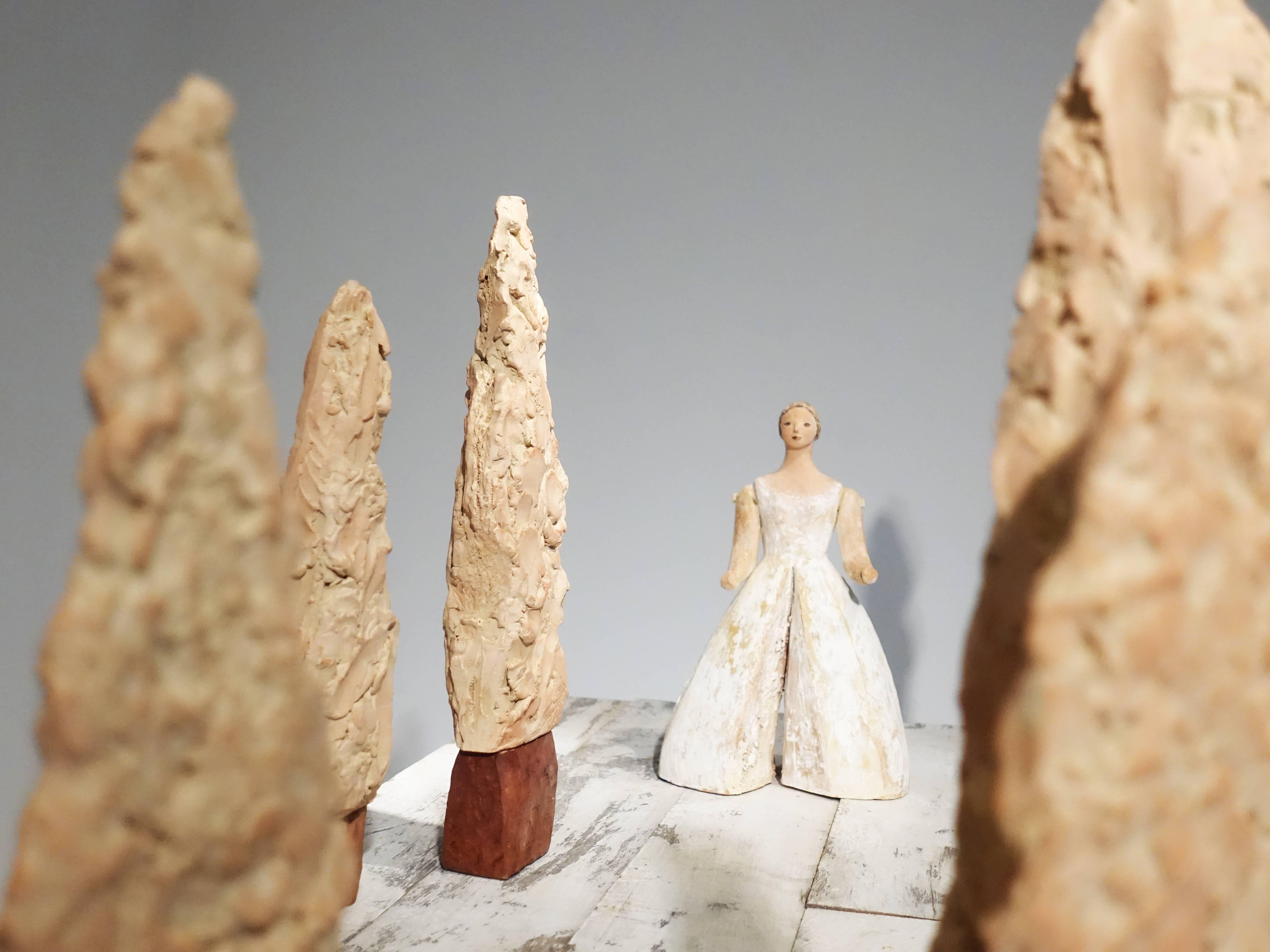 林怡芬,《原生的秘境(一)》,170 x 47 x 47 cm,Terra cotta、礦物質顏料、木材,2019。