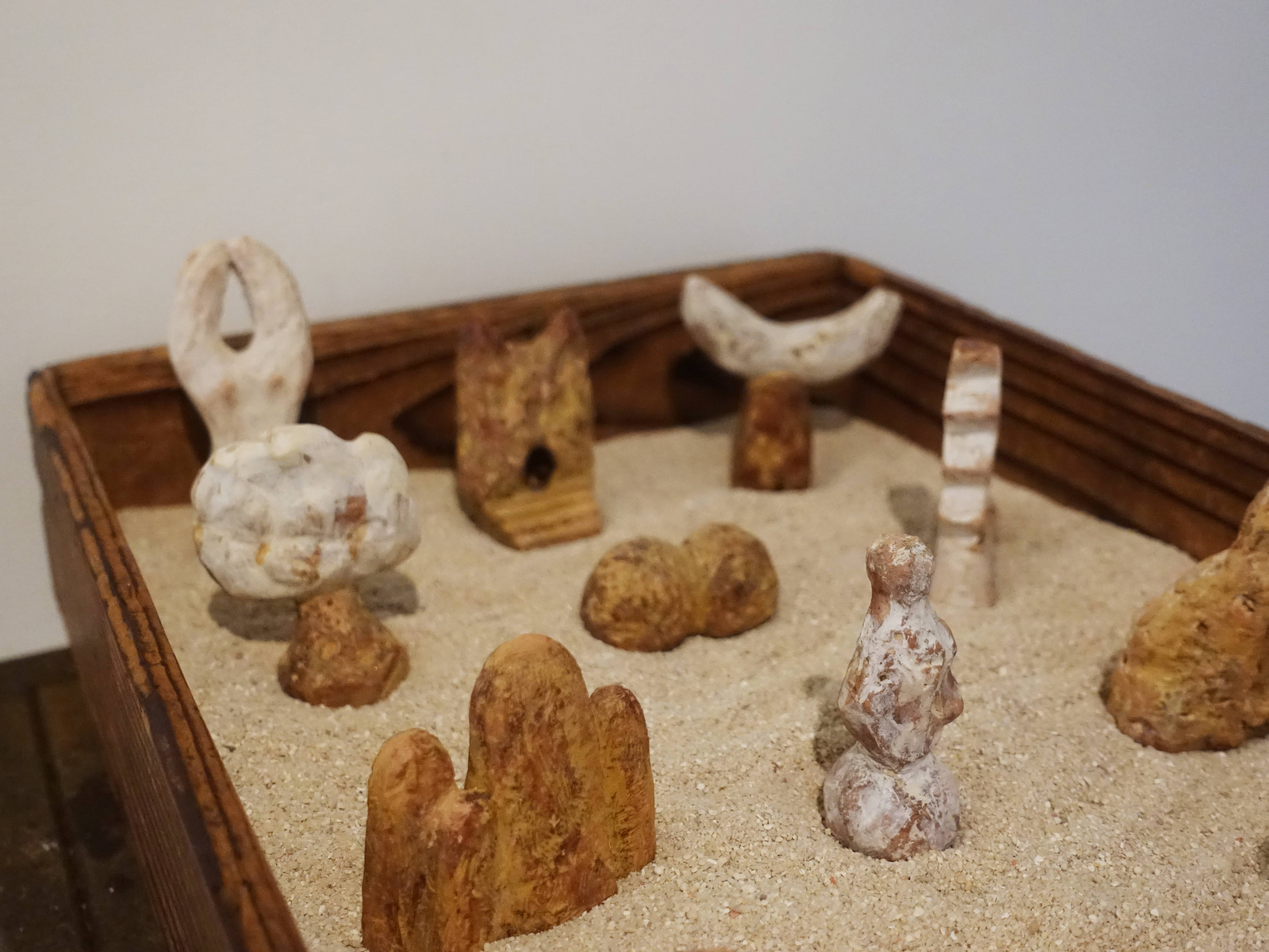 林怡芬,《天地一粒沙》,41 x 27 x 8 cm,Terra cotta、礦物質顏料、木材、沙,2019。