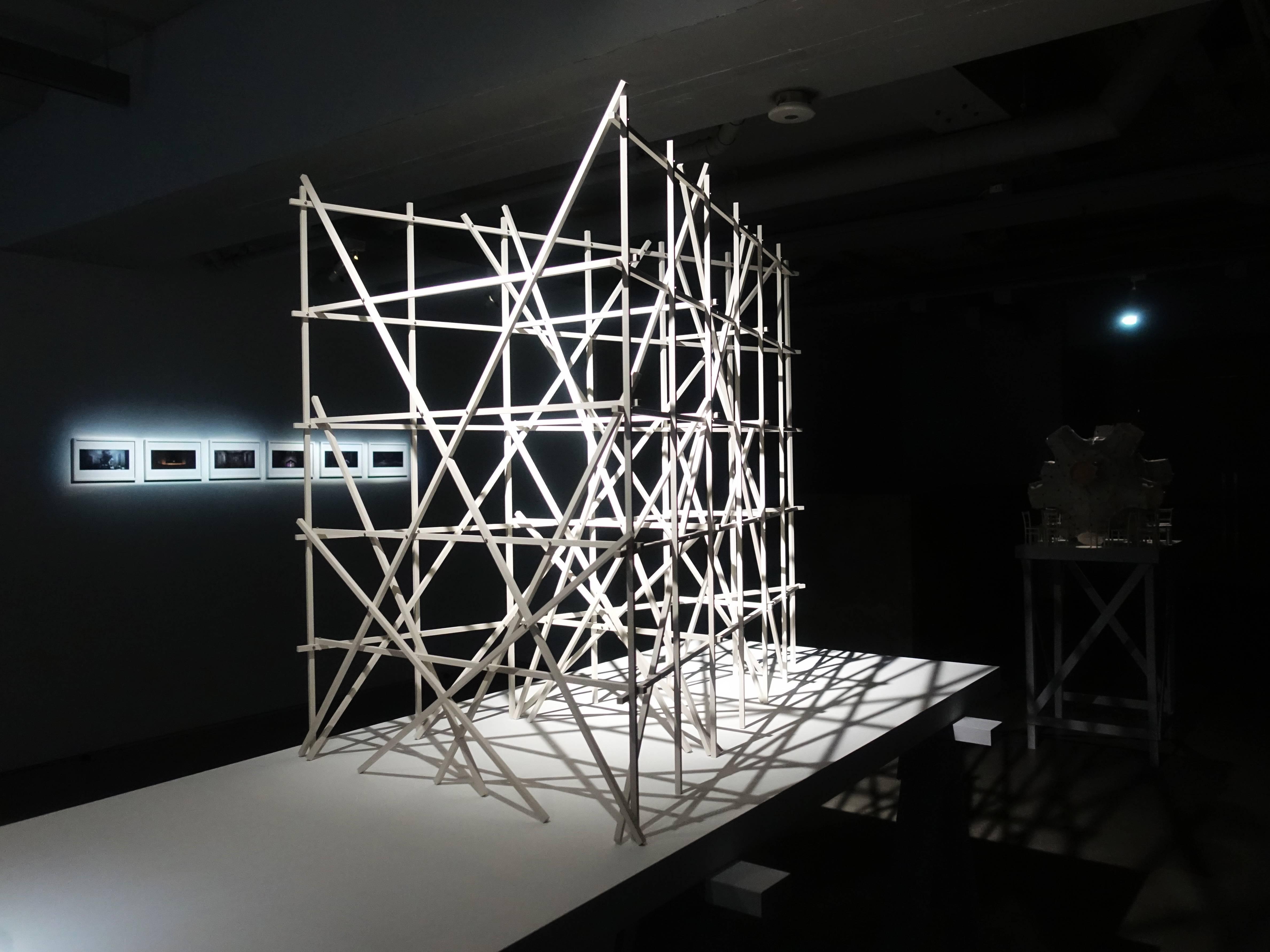 Florian Claar,《Fratres佛哈特爾》,106.5 x 125 x 78 cm,木頭、不鏽鋼螺栓,2019。