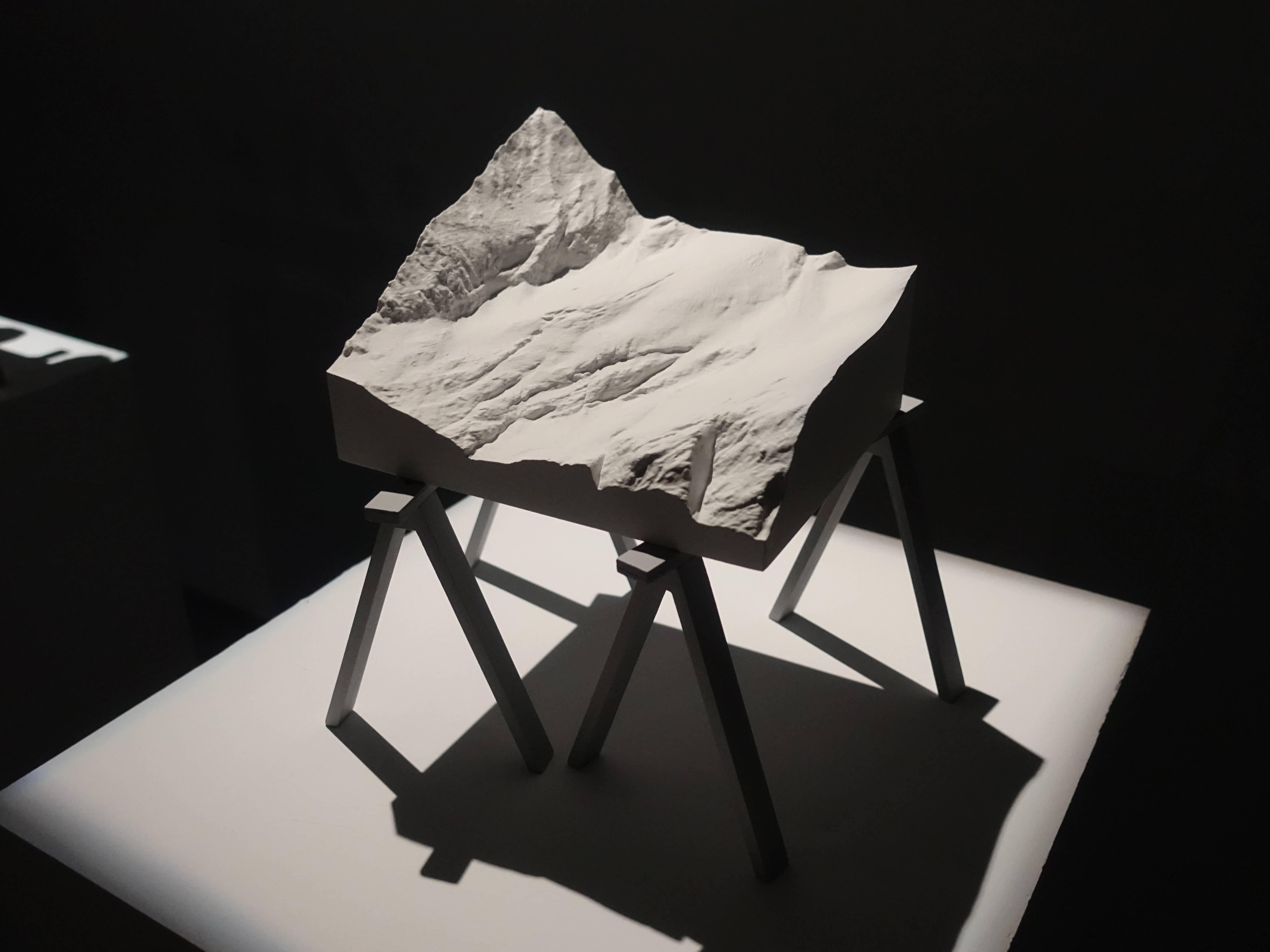 Florian Claar,《Table lll Berg 桌lll 山》,23.5 x 27 x 19 cm,PLA、wood PLA、木頭,2019。
