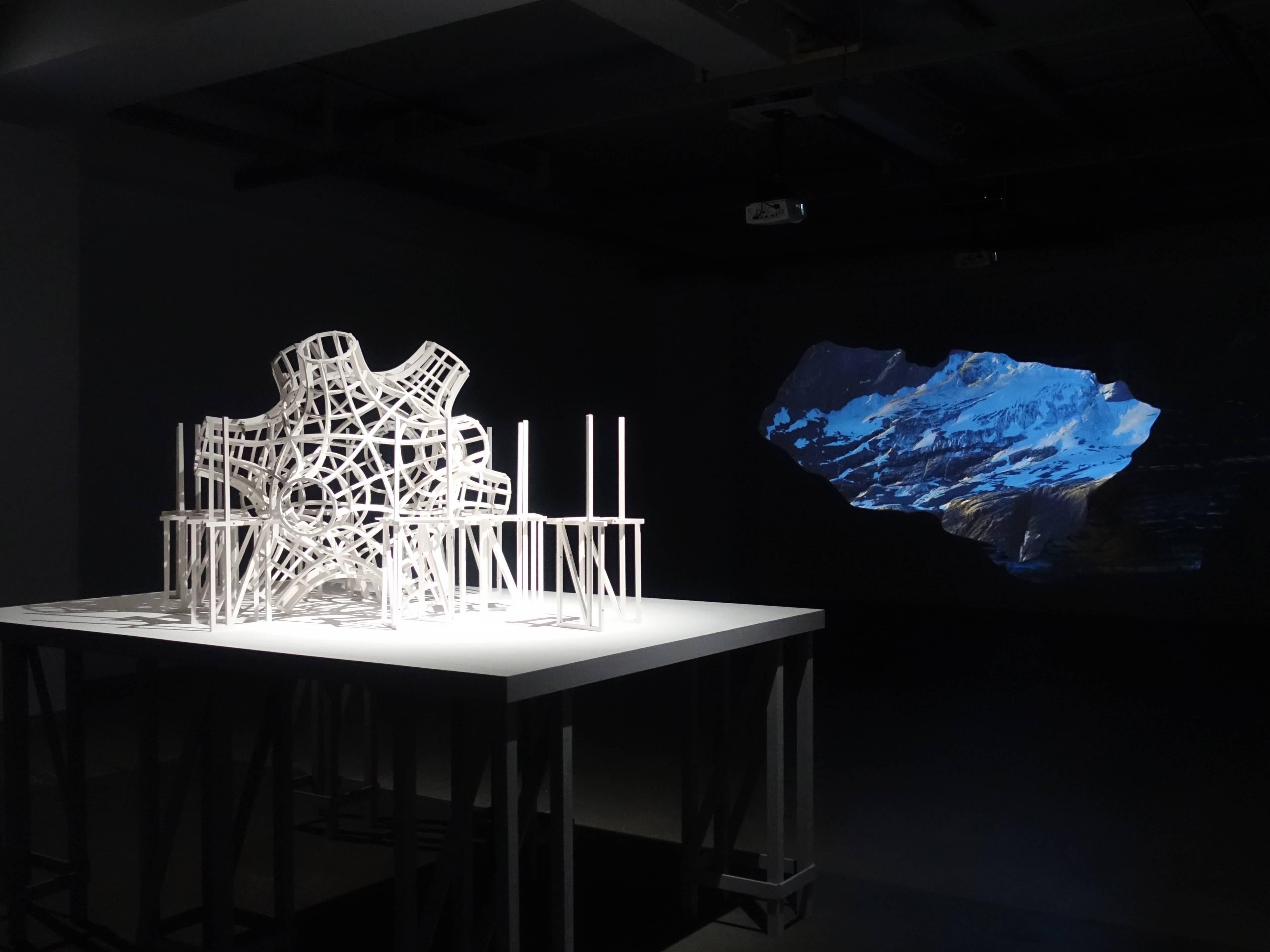 双方藝廊展出德國藝術家佛羅里安.克拉爾錄像裝置作品。