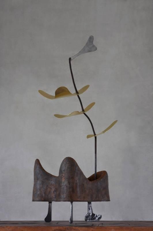 彭譯毅 辵 Stroll土、砂、稻梗、鐵、黃銅 Earth, sand, straw, iron, brass50x30x95 cm2016