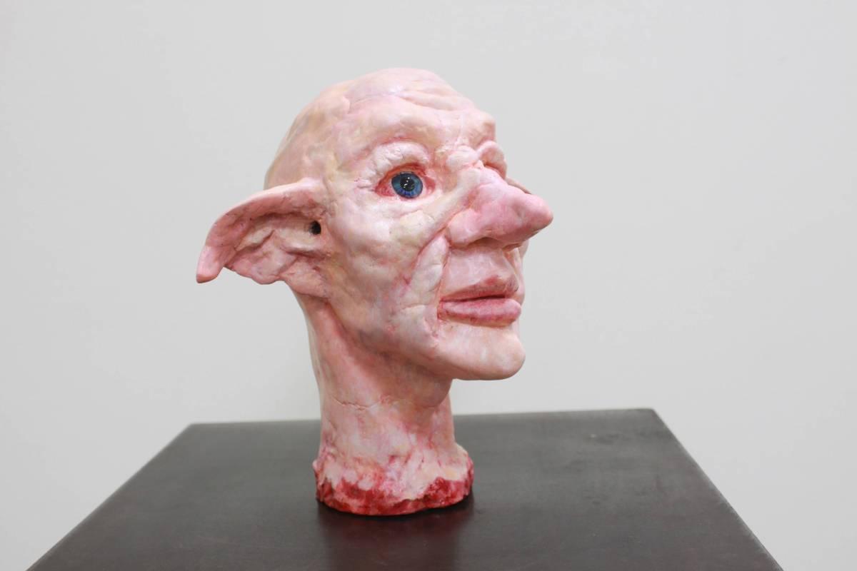 陳宣宇《最後的凝望》免燒陶、油彩。圖/國立台灣藝術大學雕塑學系提供