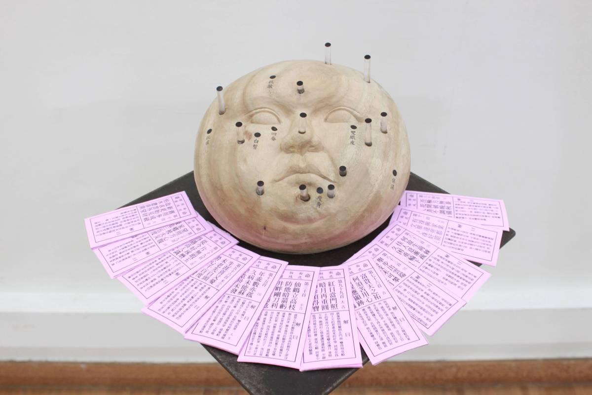 王宥云《痣域》樟木、壓克力棒、彈簧、紙。圖/國立台灣藝術大學雕塑學系提供
