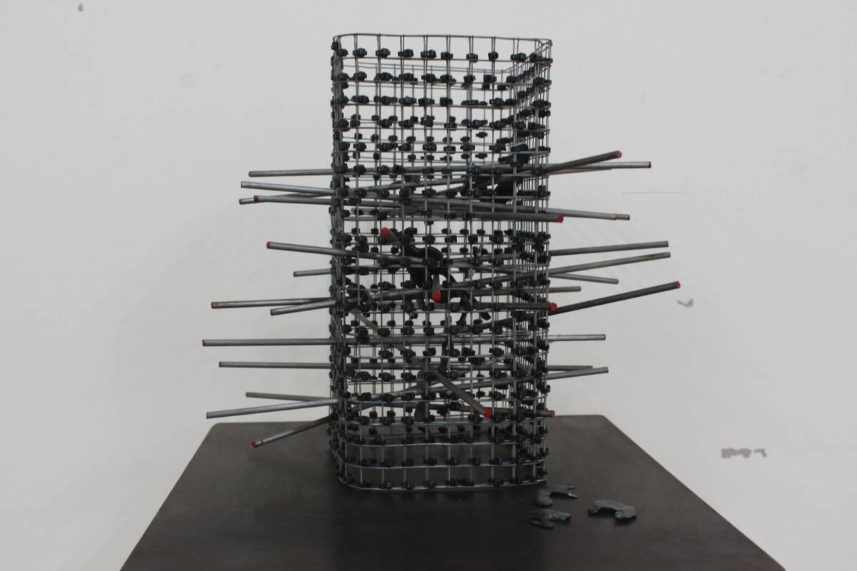 丁奕云《當個霸凌者》鐵、束線帶。圖/國立台灣藝術大學雕塑學系提供