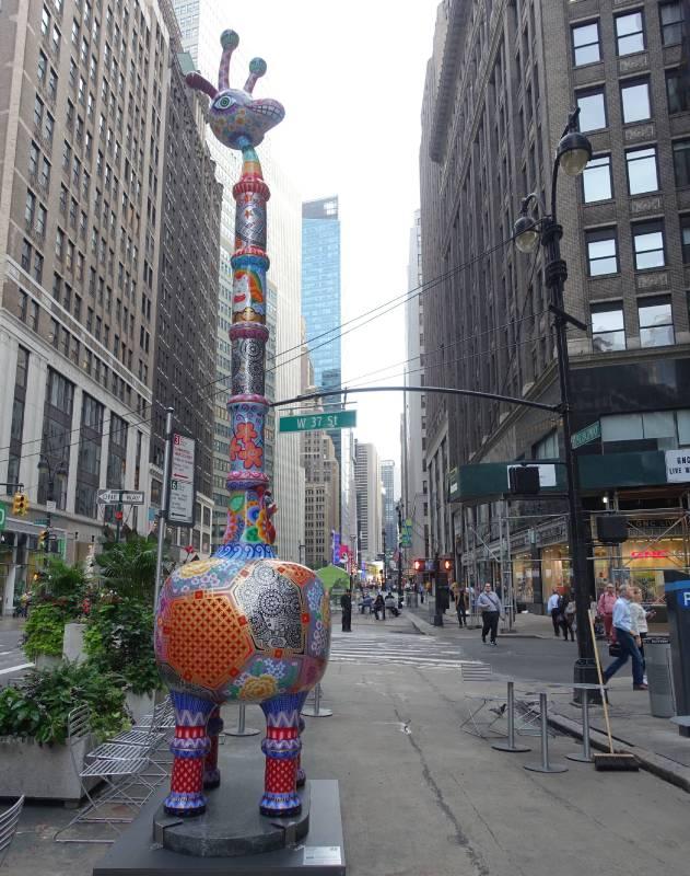 「長景祿」呼應著曼哈頓高樓密集的天際線,作品裝置在百老匯街與40街路口。