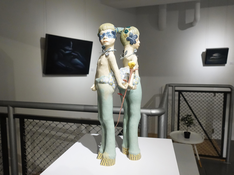 楊宗嘉,《水仙花之死》,18 x 18 x 47cm,陶瓷、釉下彩、釉上彩、纖維、釉藥,2019。