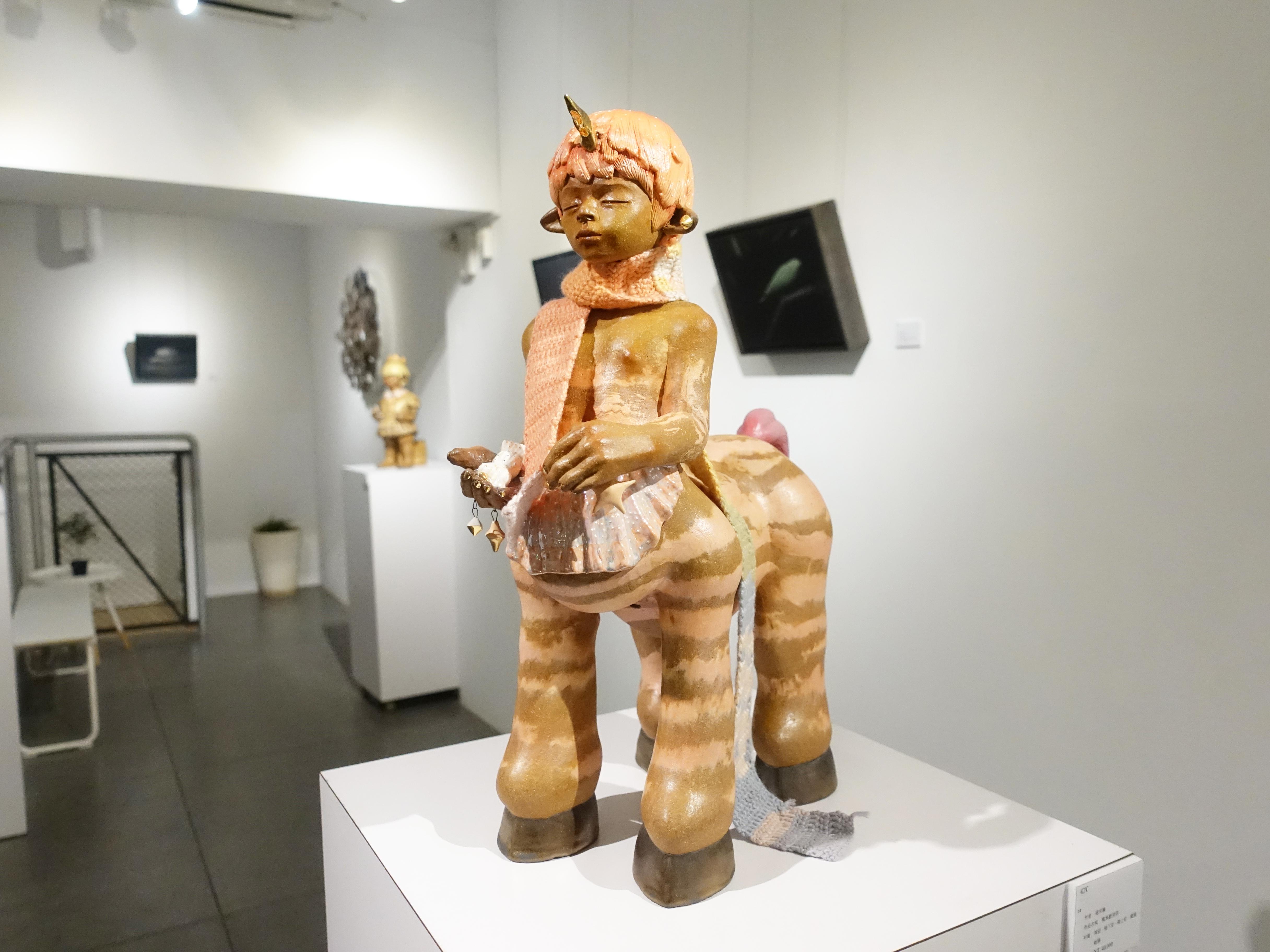 楊宗嘉,《獨角獸男孩》,38 x 16 x 18cm,陶瓷、釉下彩、釉上彩、纖維、釉藥,2018。