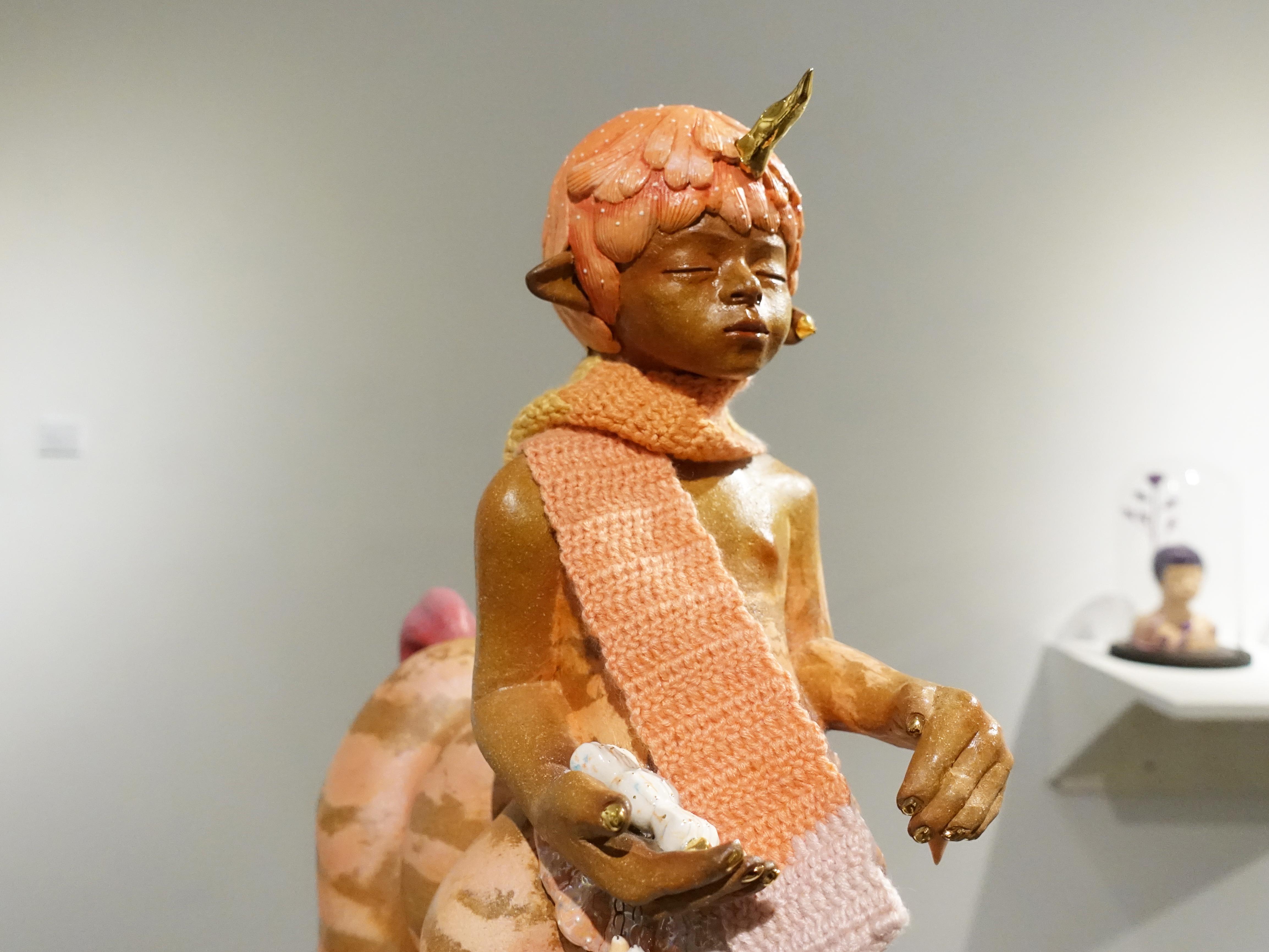 楊宗嘉,《獨角獸男孩》細節,38 x 16 x 18cm,陶瓷、釉下彩、釉上彩、纖維、釉藥,2018。