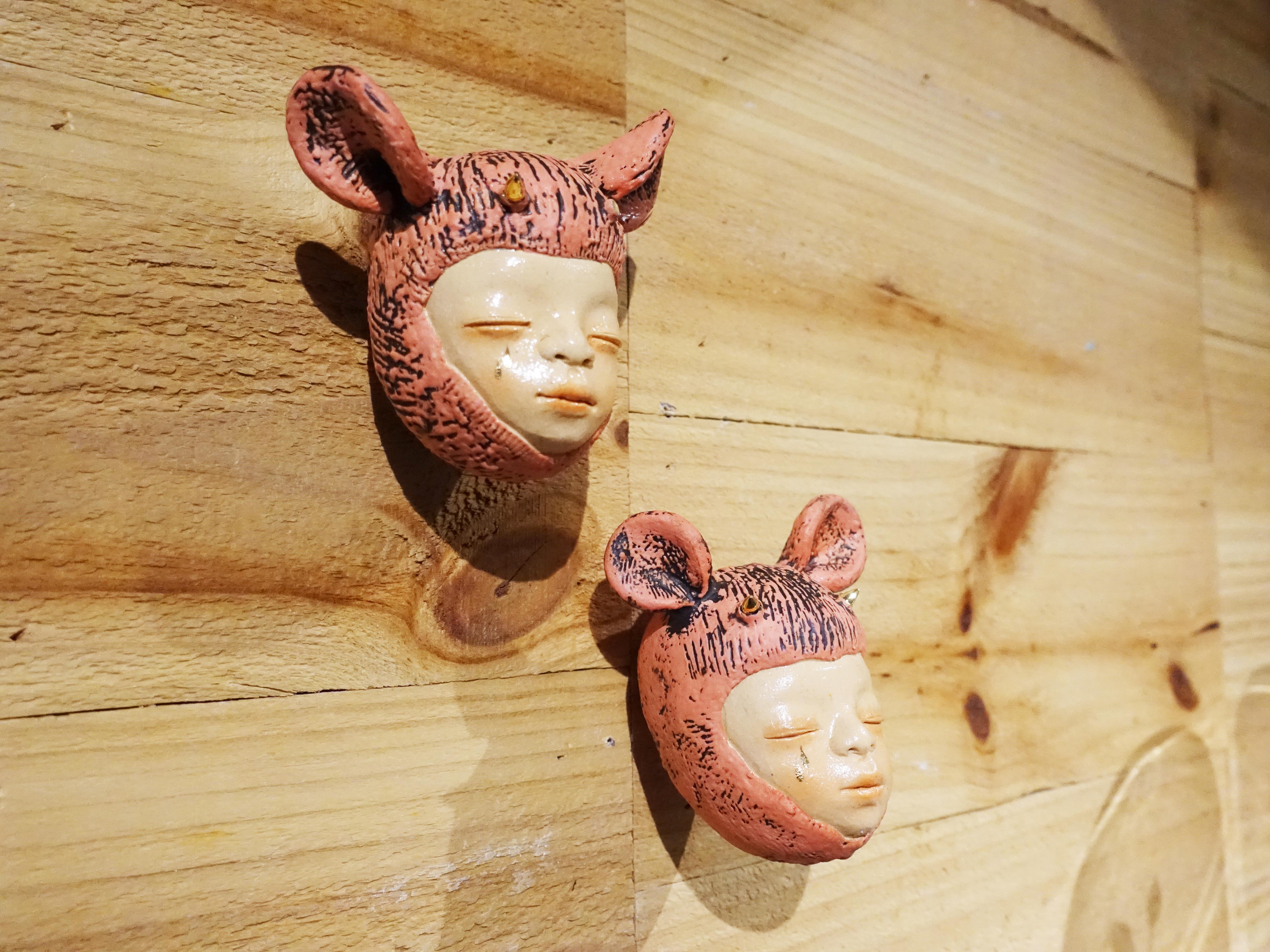 楊宗嘉,《粉紅小孩I、II》,12x12x8cm,陶瓷、釉下彩、釉上彩、釉藥,2019。