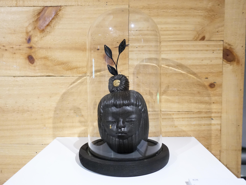 楊宗嘉,《黑蘋果》,15 x 15 x 23cm,陶瓷、釉下彩、釉上彩、纖維、釉藥,2019。
