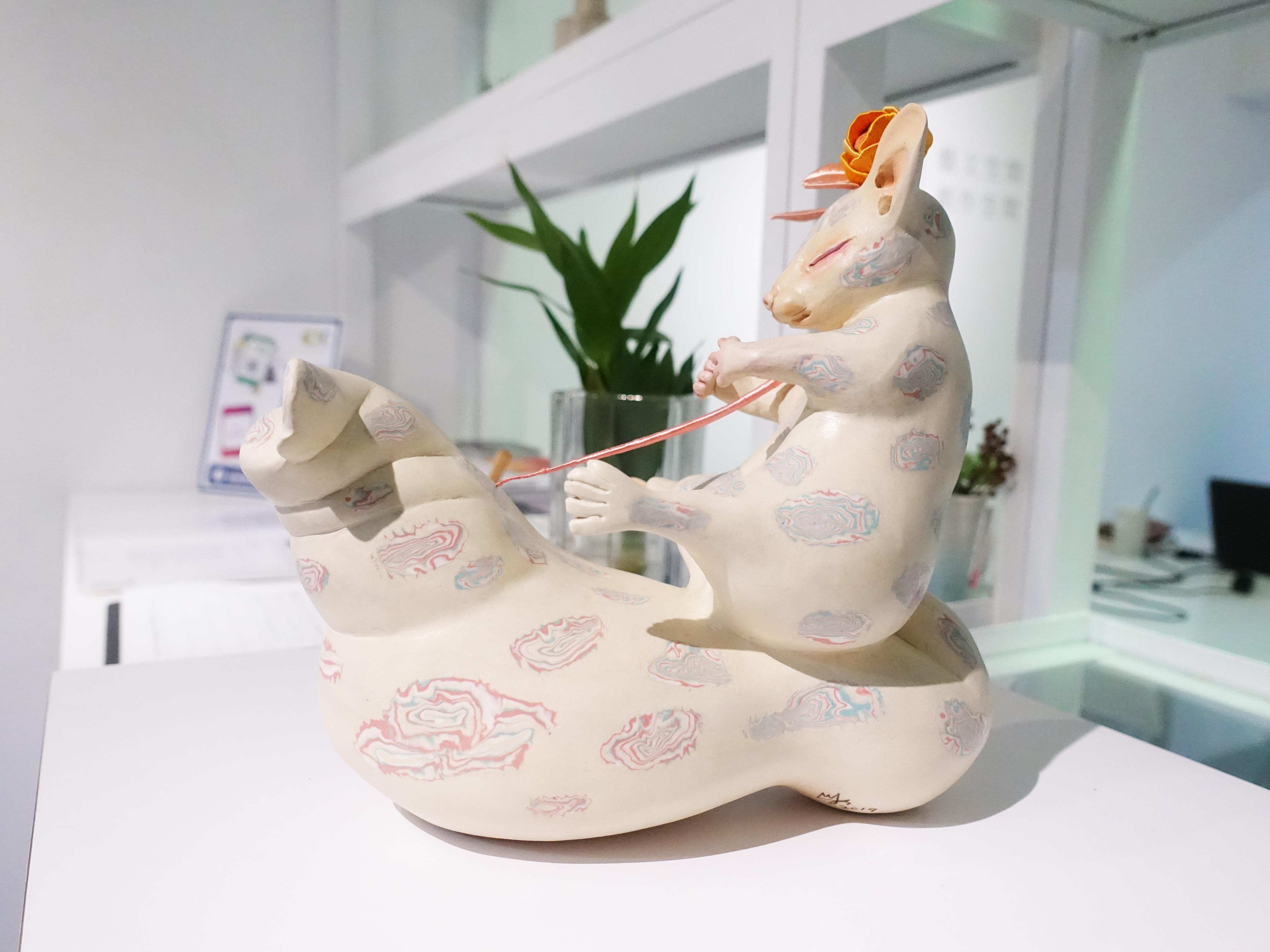 楊宗嘉,《玫瑰王子》,30 x 18 x 28cm,陶瓷、釉下彩、釉上彩、纖維、釉藥,2019。