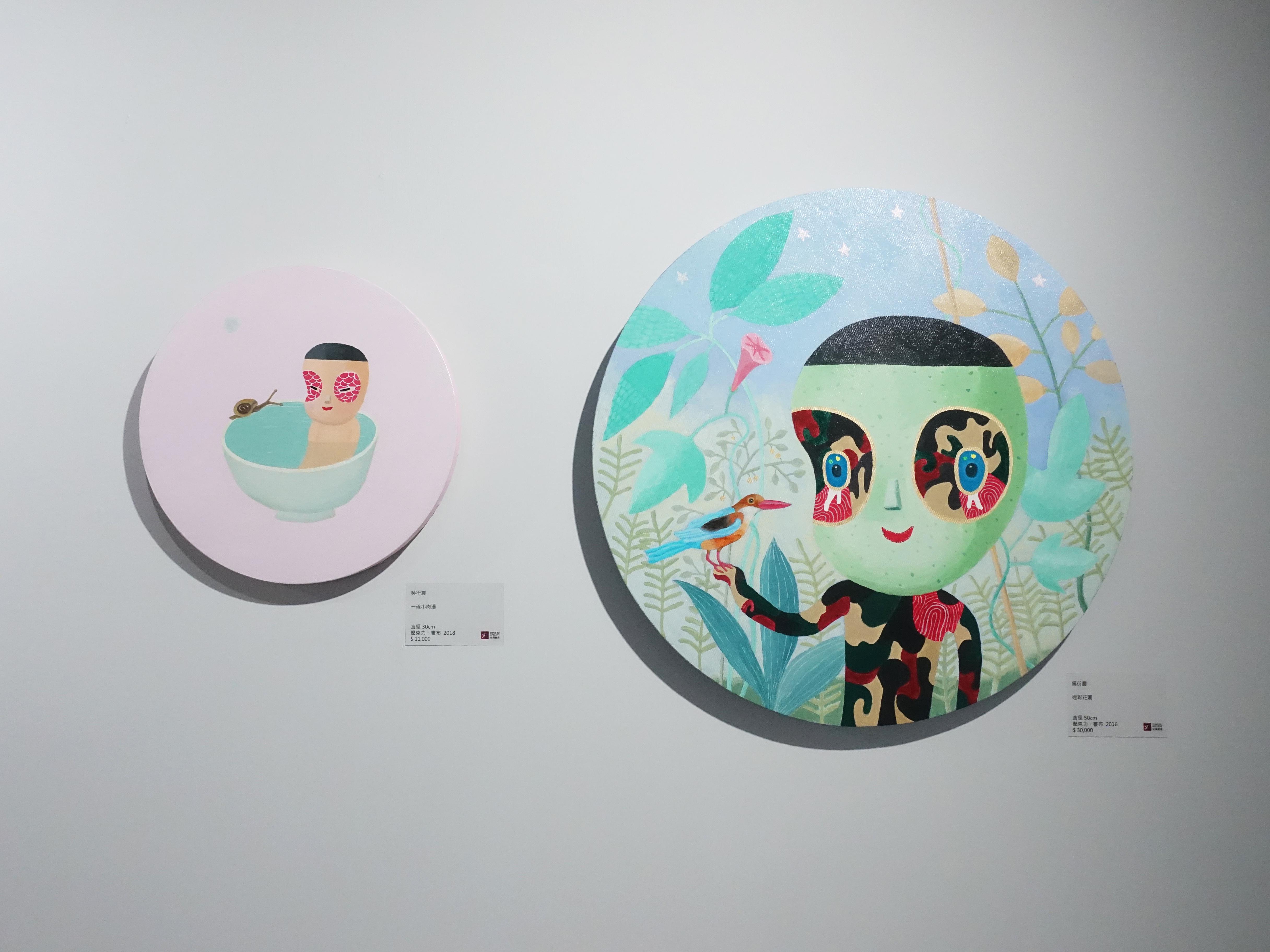 吳衍震,《一碗小肉湯》,直徑30cm,壓克力、畫布,2018。《迷彩花園》,直徑50cm,壓克力、畫布,2016。