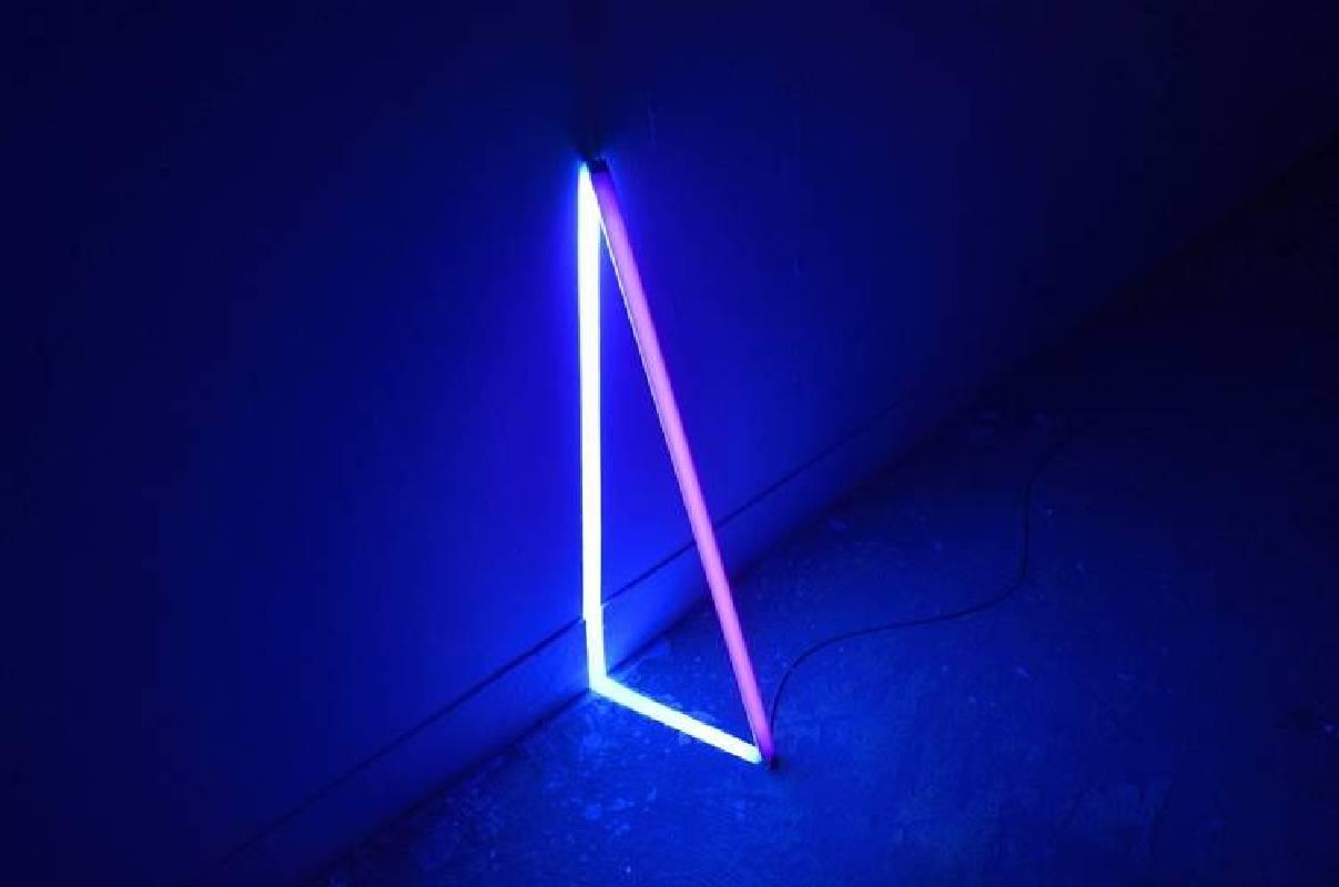 謝佑承,亮處,2017,螢光漆、螢光燈管,現場裝置尺寸:60 x 5 x 30 cm