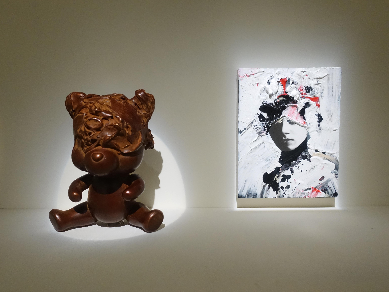 佐藤誠高,《BRN Pooh》,16 x 11 x 8 cm,銅,2019 (左)。《Snip Girl 2》,18 x 14 cm,鉛筆、壓克力、紙、木板,2019(右)。