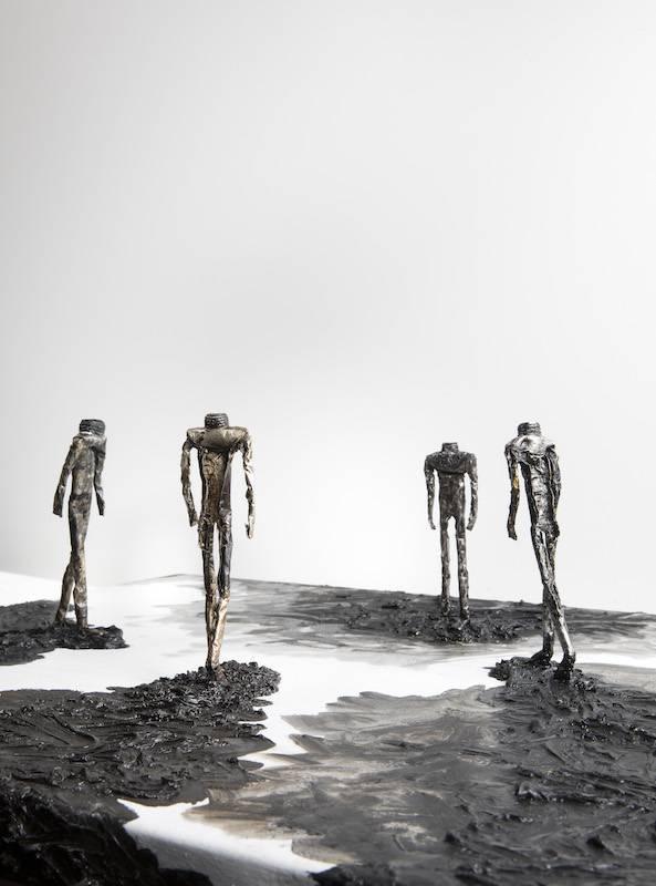 石晉華 Shu Jin-Hua,《廣場上的五個行人》 Five Walkers on the Square,2018-2019,油彩、錫管、畫布 Oil and tube on canvas,41.4 x 62 x 16.3 cm。圖/安卓藝術提供