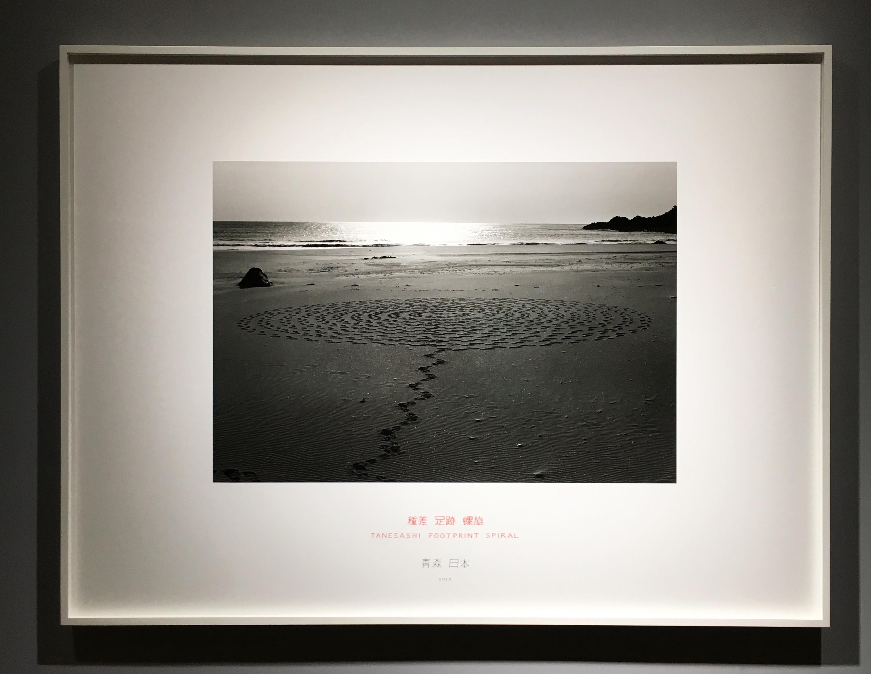 Richard Long,《徒步於海嘯後岸邊》,84 X111.5 cm,攝影,2013。