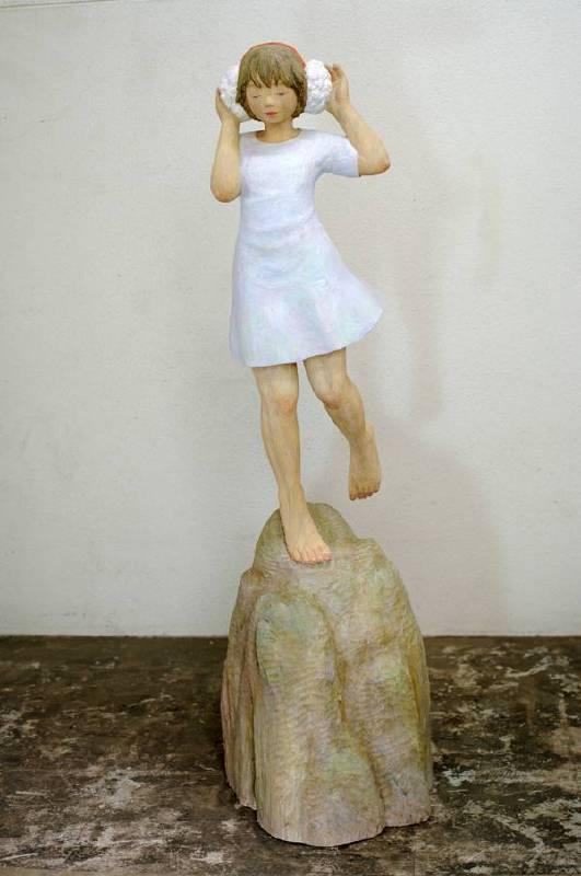 藝術家:灰原愛  標題:彩虹之音  尺寸:139 * 42 * 50 cm  材質:樟木   年代:2014